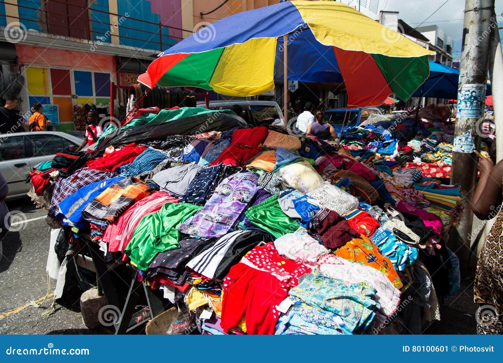 Roupa colorida para a venda