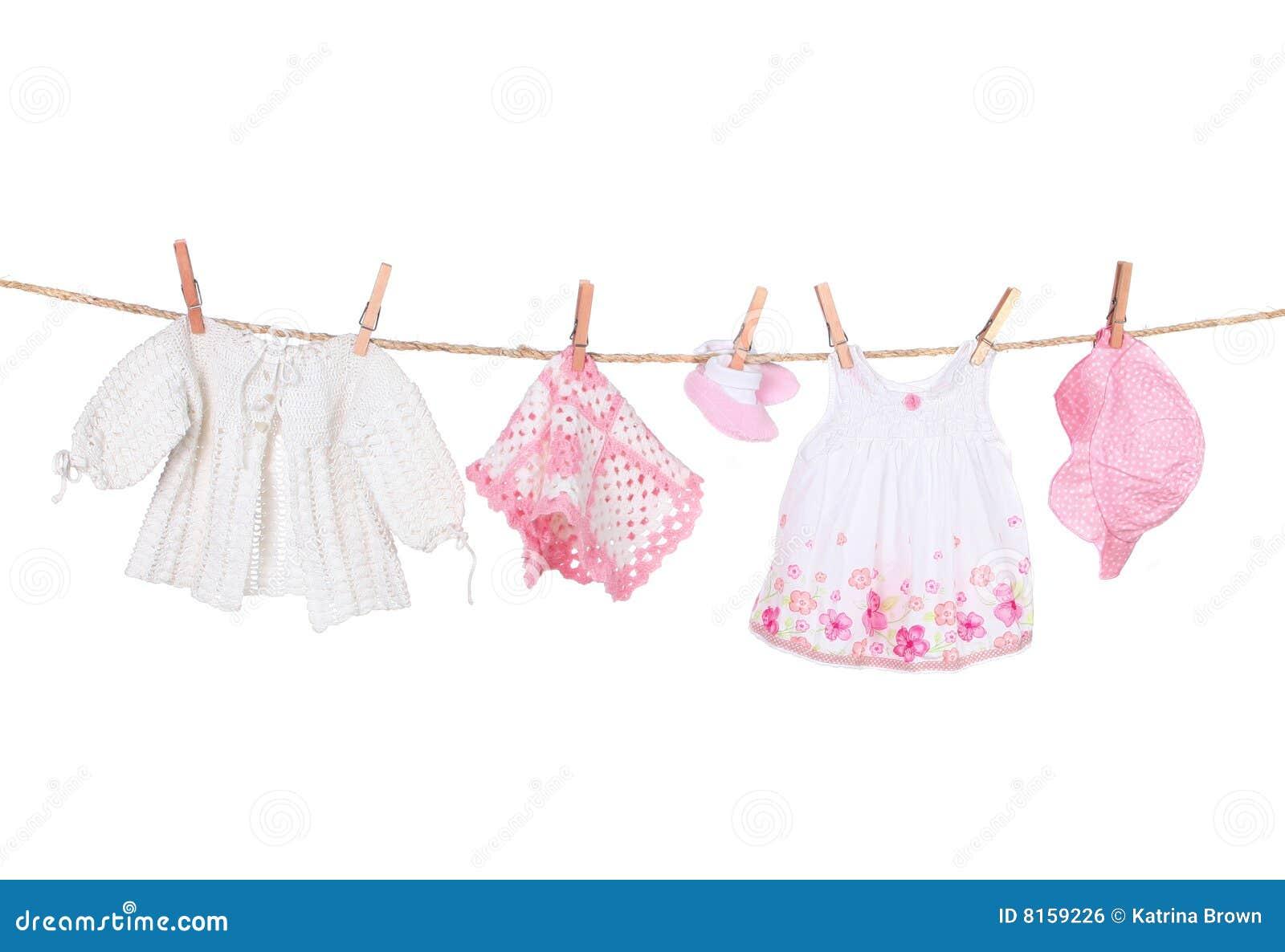 Roupa do bebé que pendura em um Clothesline