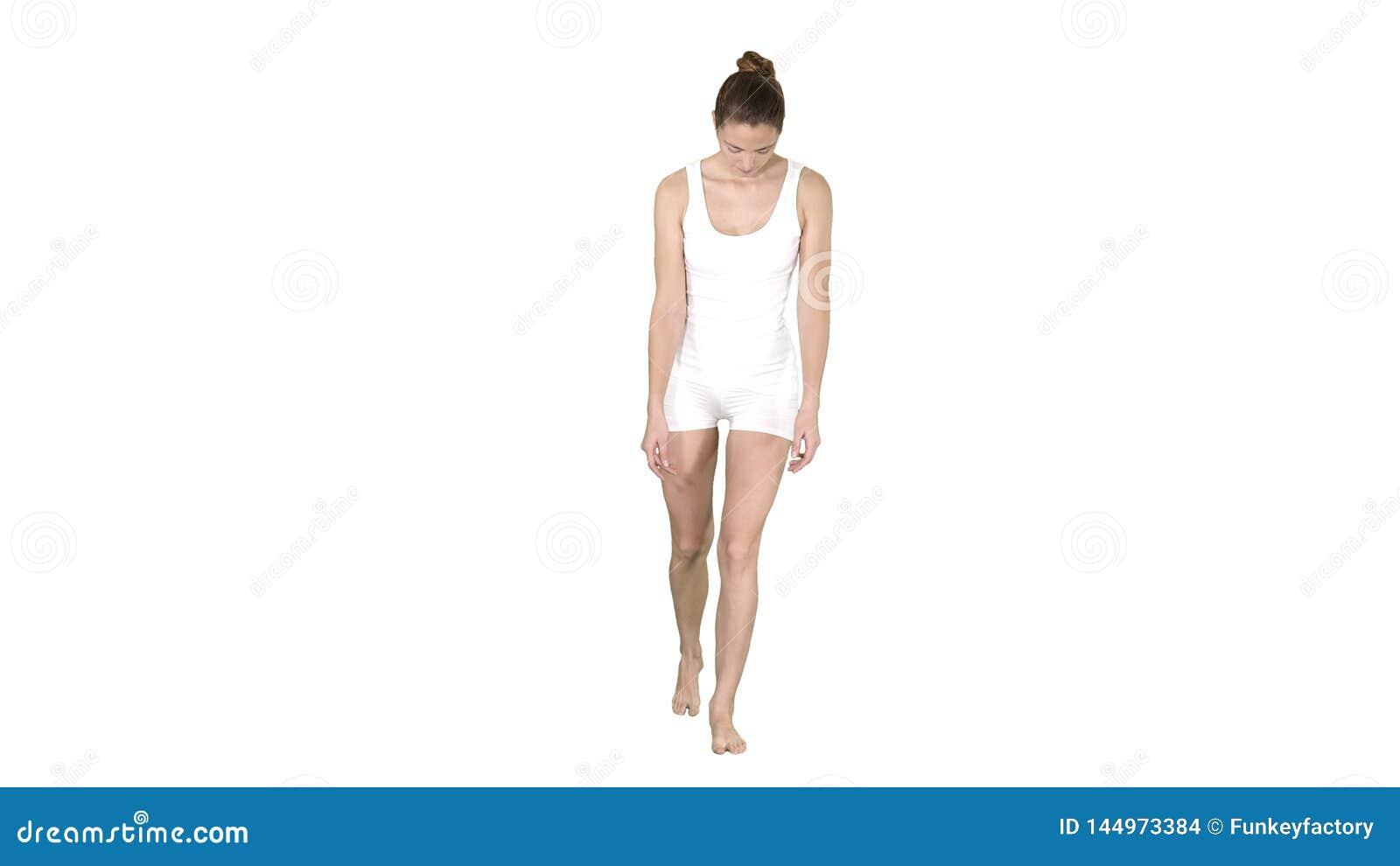Roupa interior magro de Walking In White do modelo no fundo branco