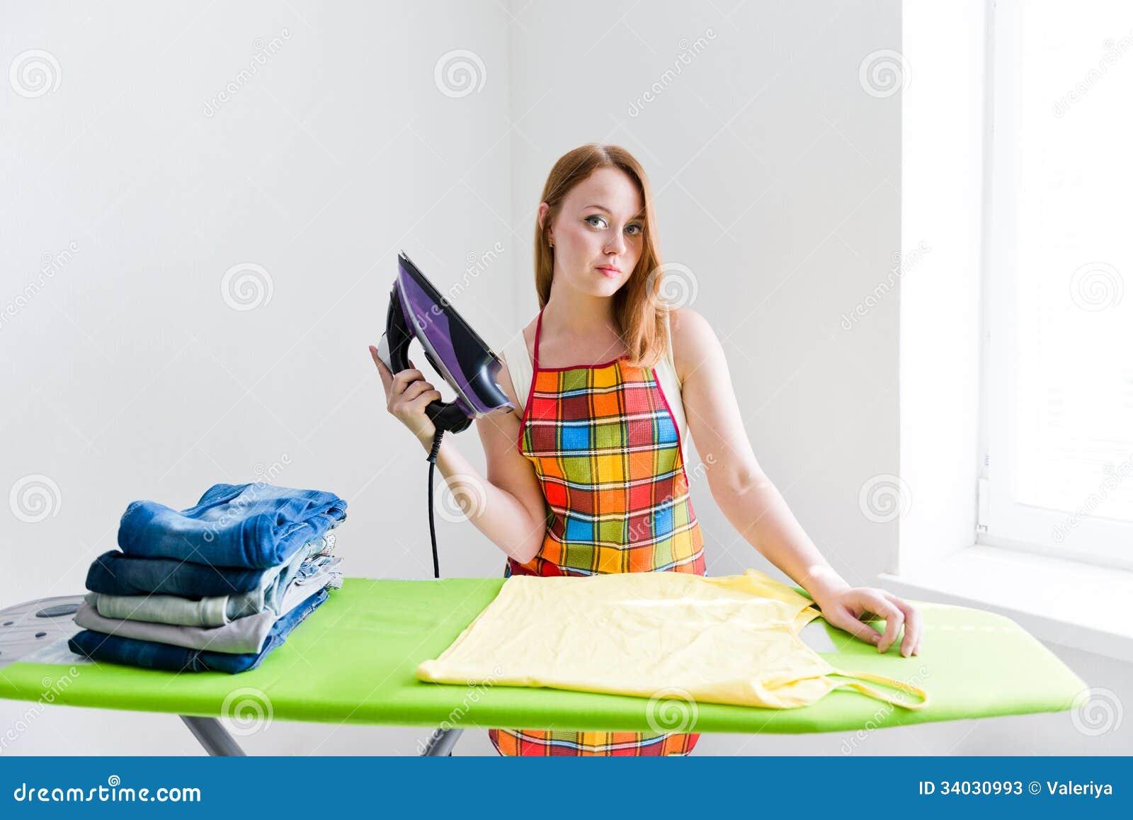 roupa-passando-da-mulher-bonita-nova-fel