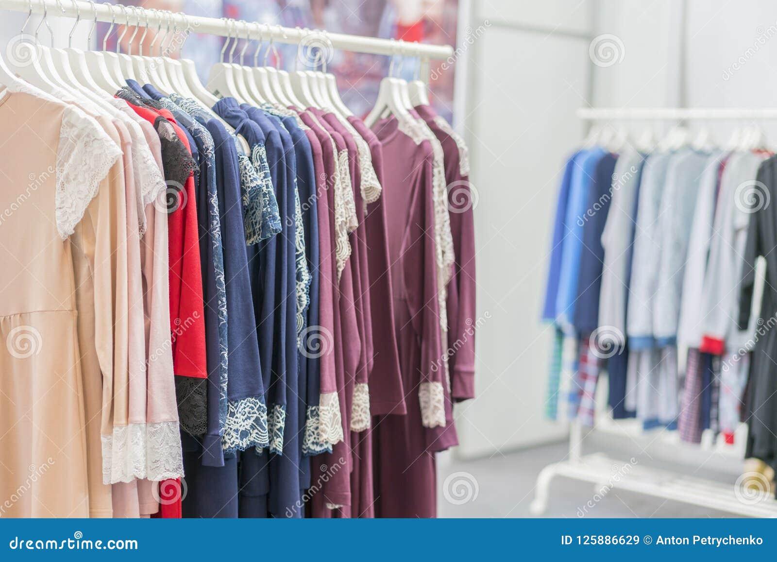 a89d8d0a7 A roupa vende a varejo o conceito Pijamas das senhoras em ganchos na loja  da roupa Pijama na loja Anuncie
