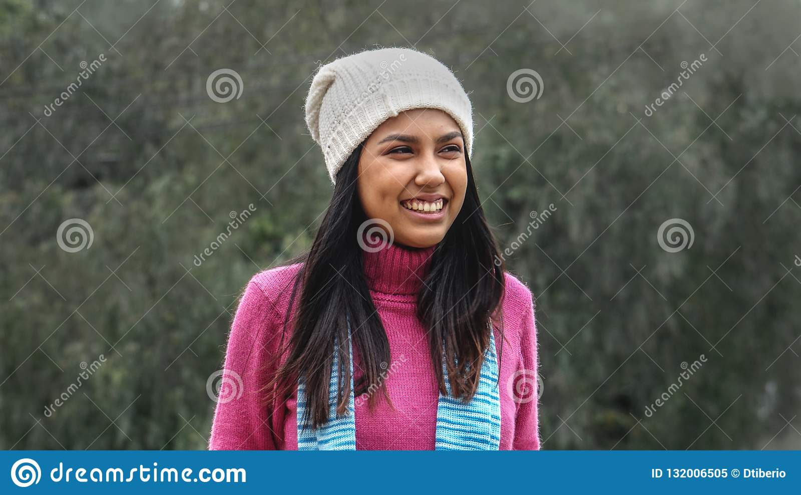 Roupa vestindo fêmea do inverno do jovem e da felicidade
