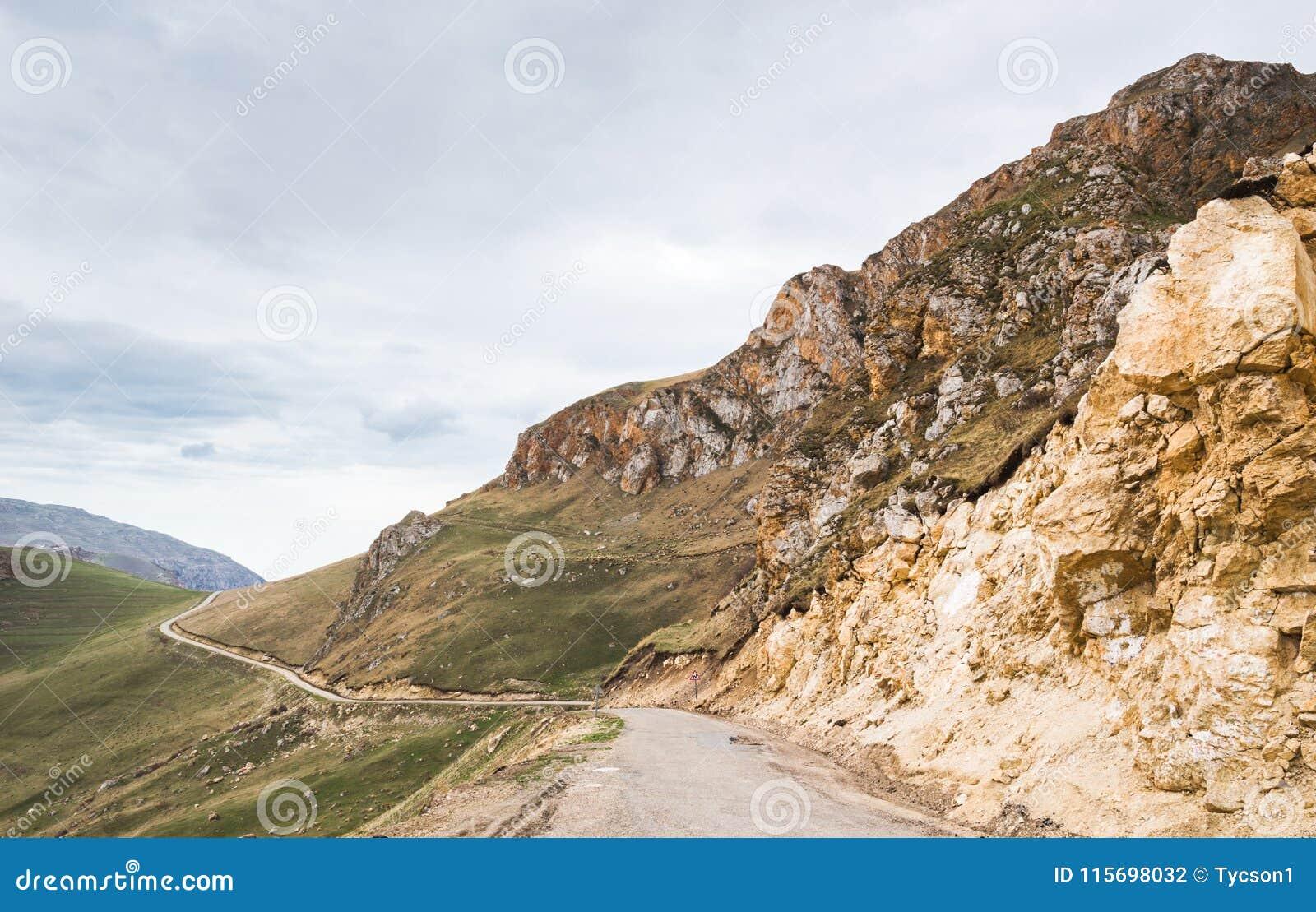 Route étroite dans les montagnes fonctionnant dans le règlement
