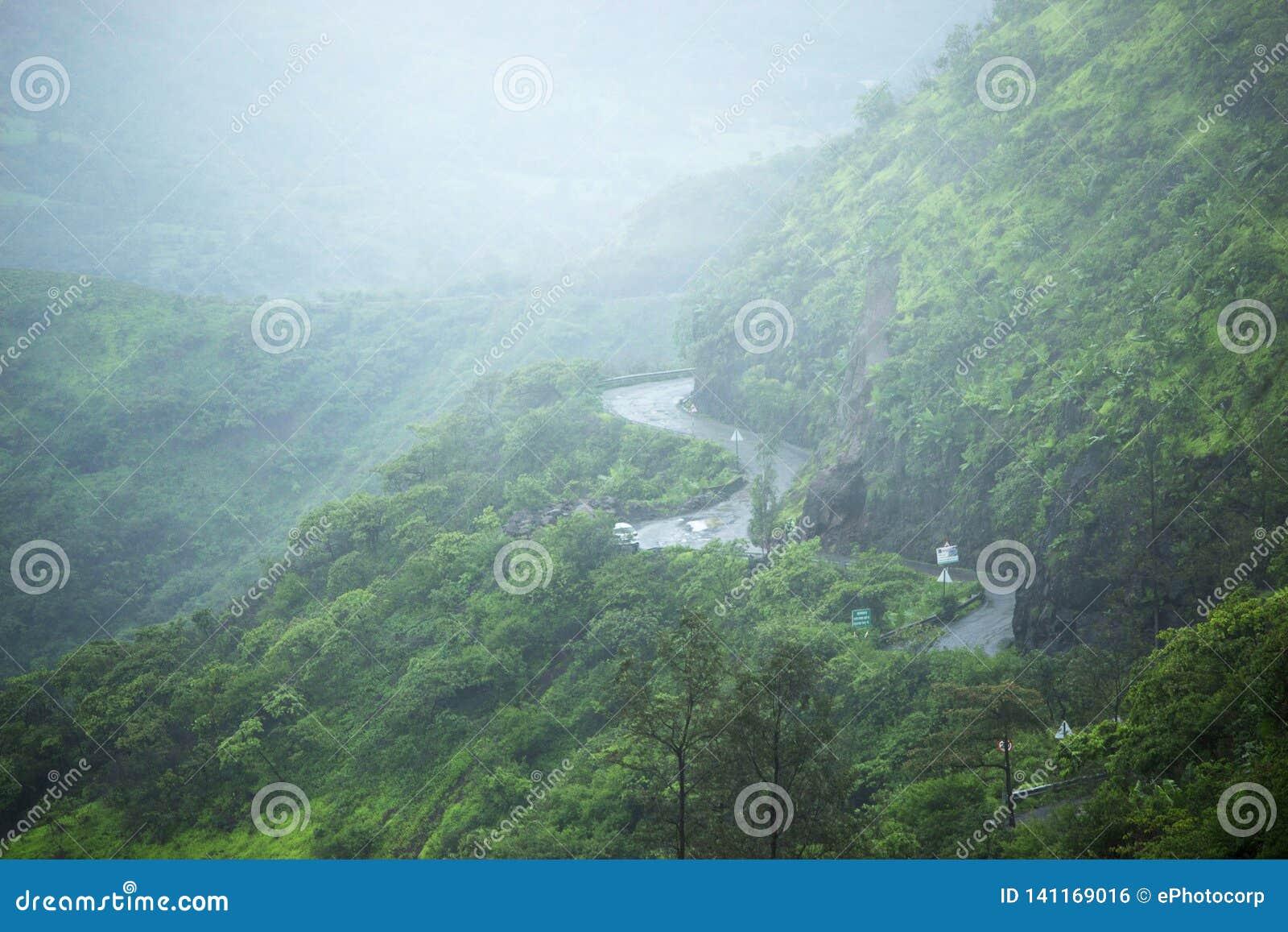 Route au fort de Sinhgad par temps pluvieux, maharashtra, Pune