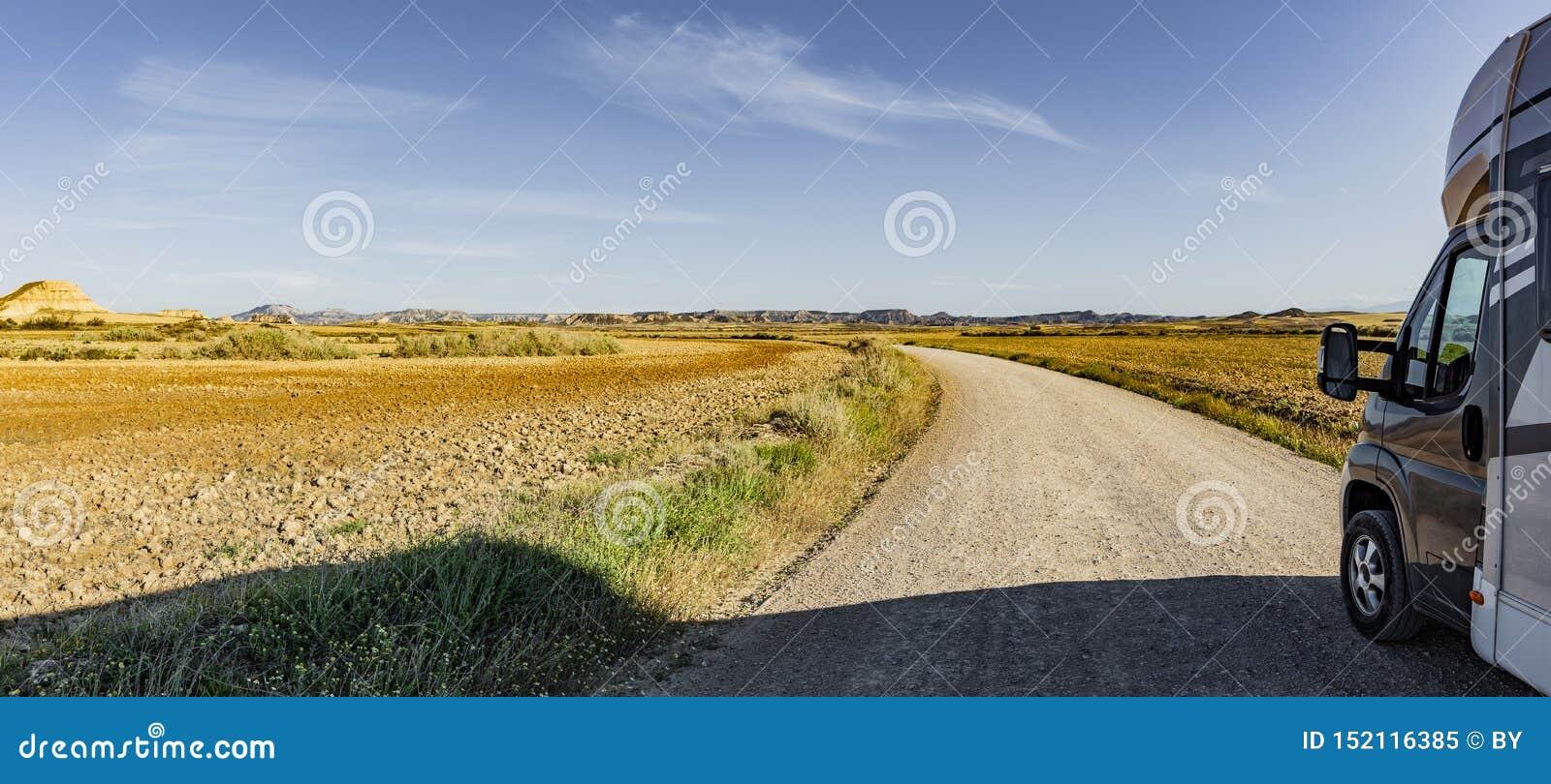 Route avec le campeur dans un désert