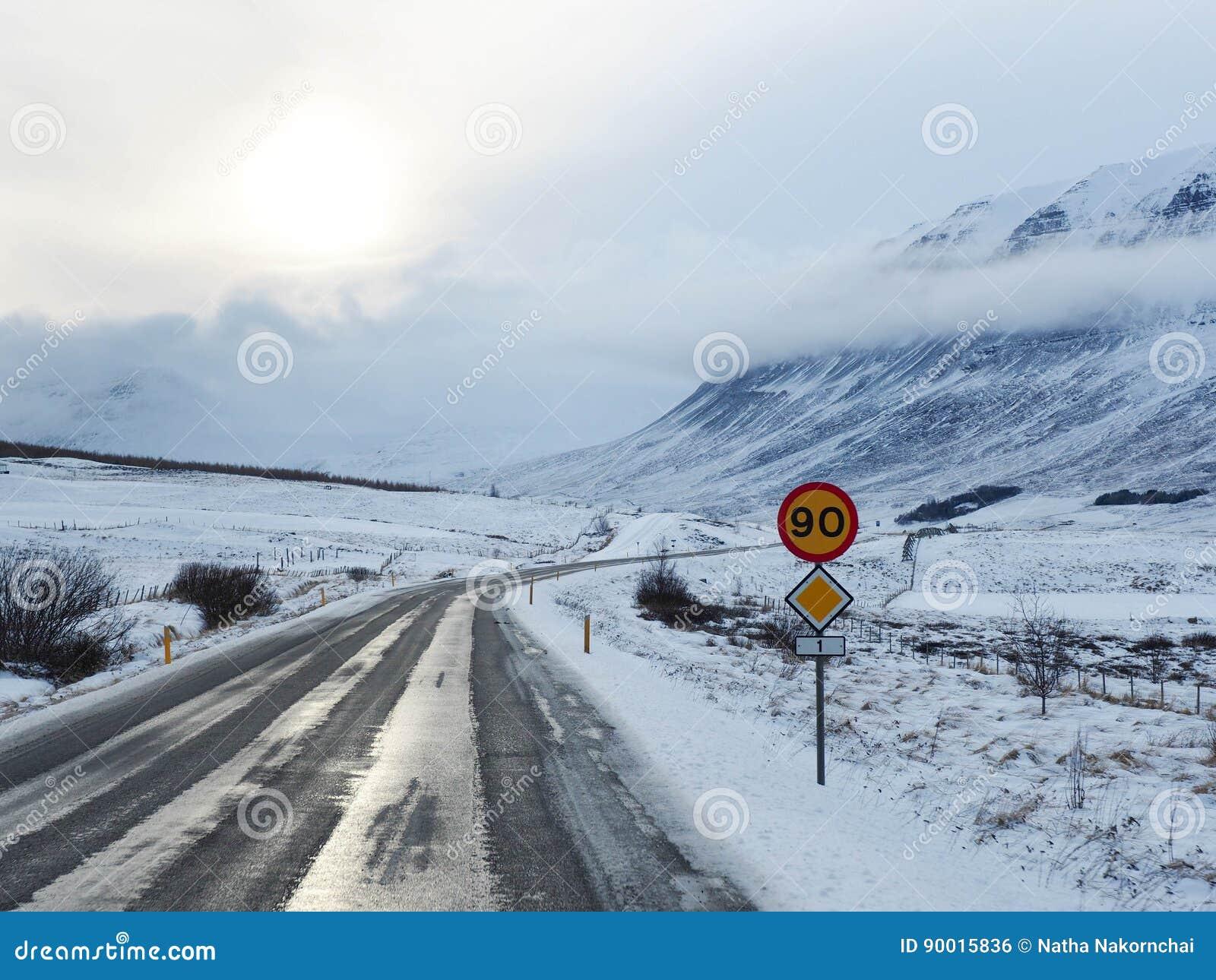 Route d hiver avec la montagne du côté de la route couverte de s
