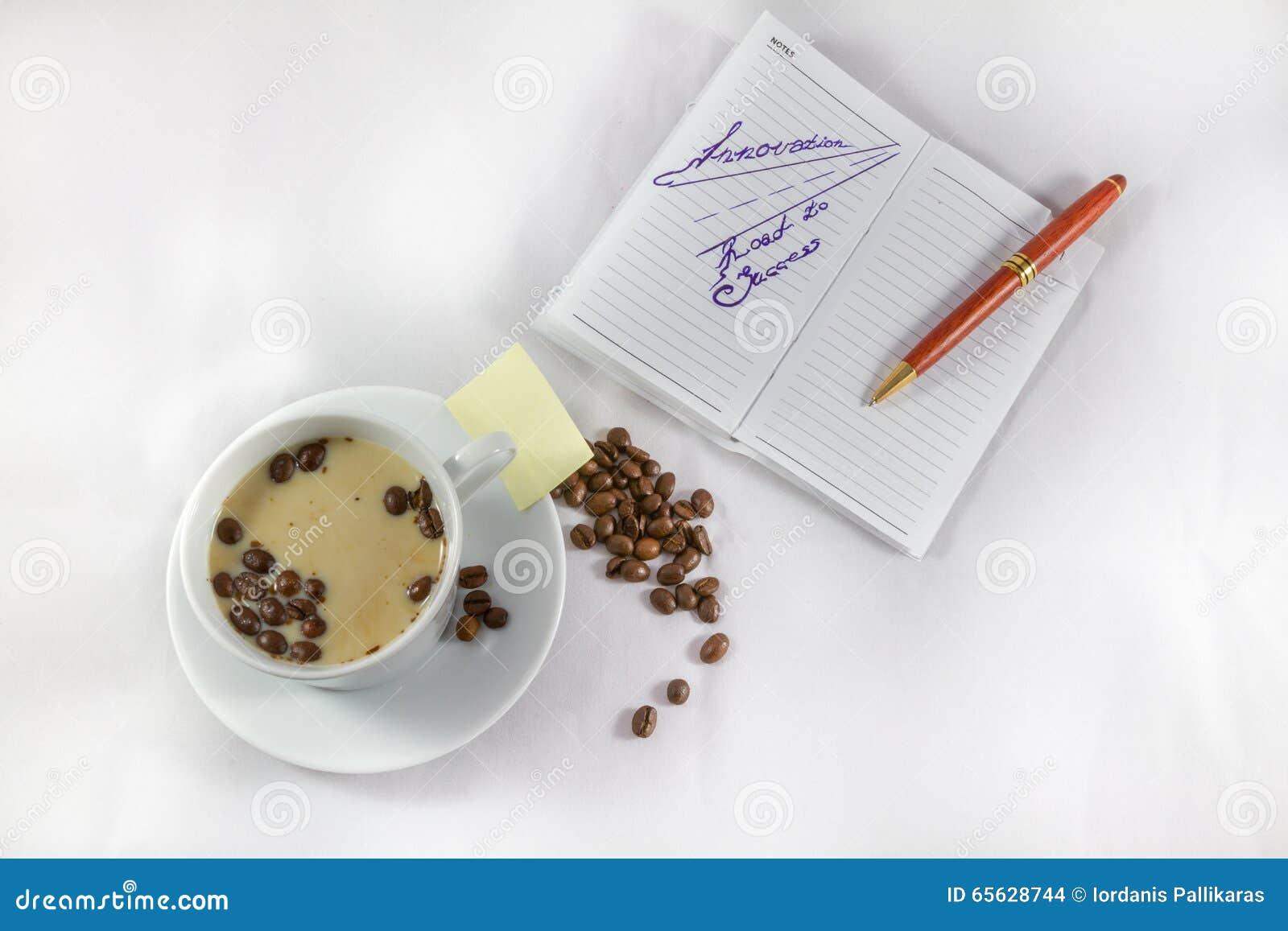 Route d innovation à la note de succès, au stylo, à la tasse et aux grains de café