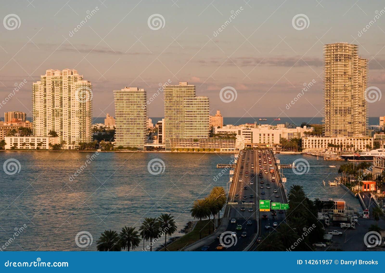 Route dans Miami au crépuscule