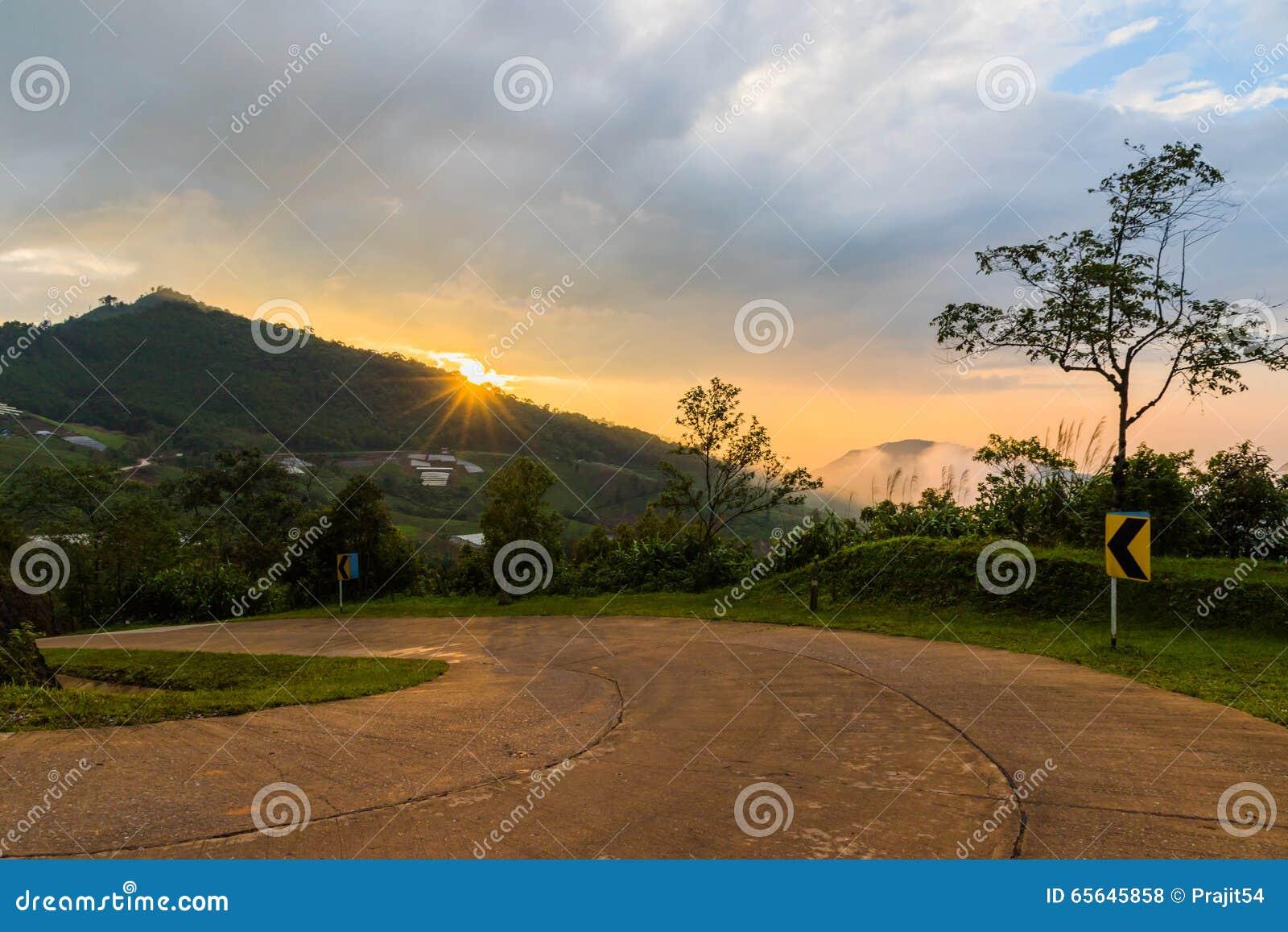 Route de campagne aux montagnes