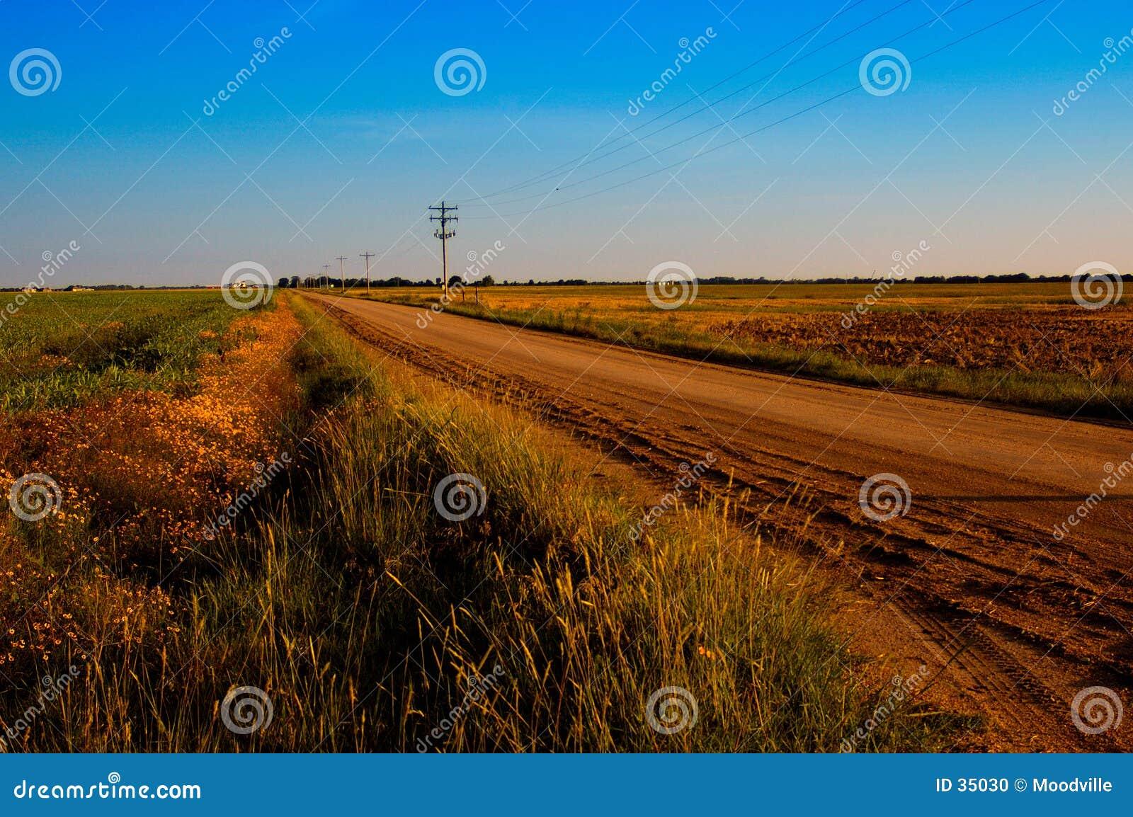 Route de campagne poussiéreuse
