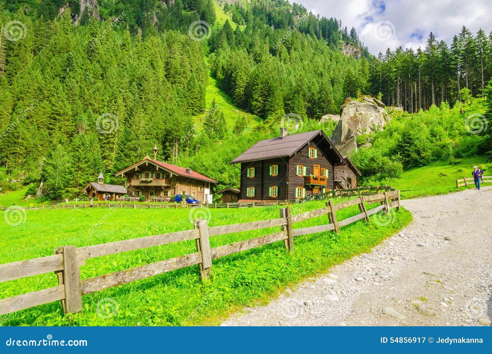 Route de campagne une maison alpine autriche photo for Une maison de campagne