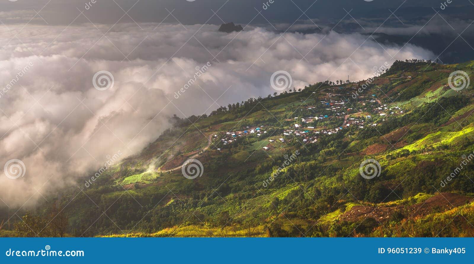 Route de montagne au tubberk de phu en parc national de Phu Hin Rong Kla