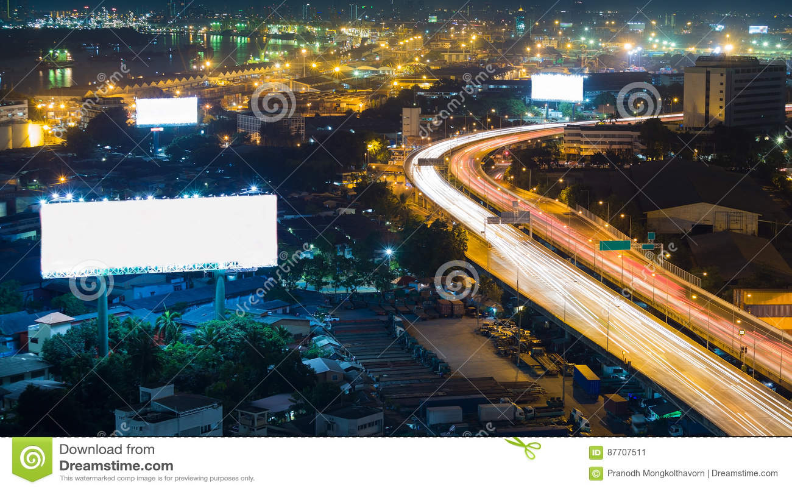 Route de route de ville de nuit incurvée