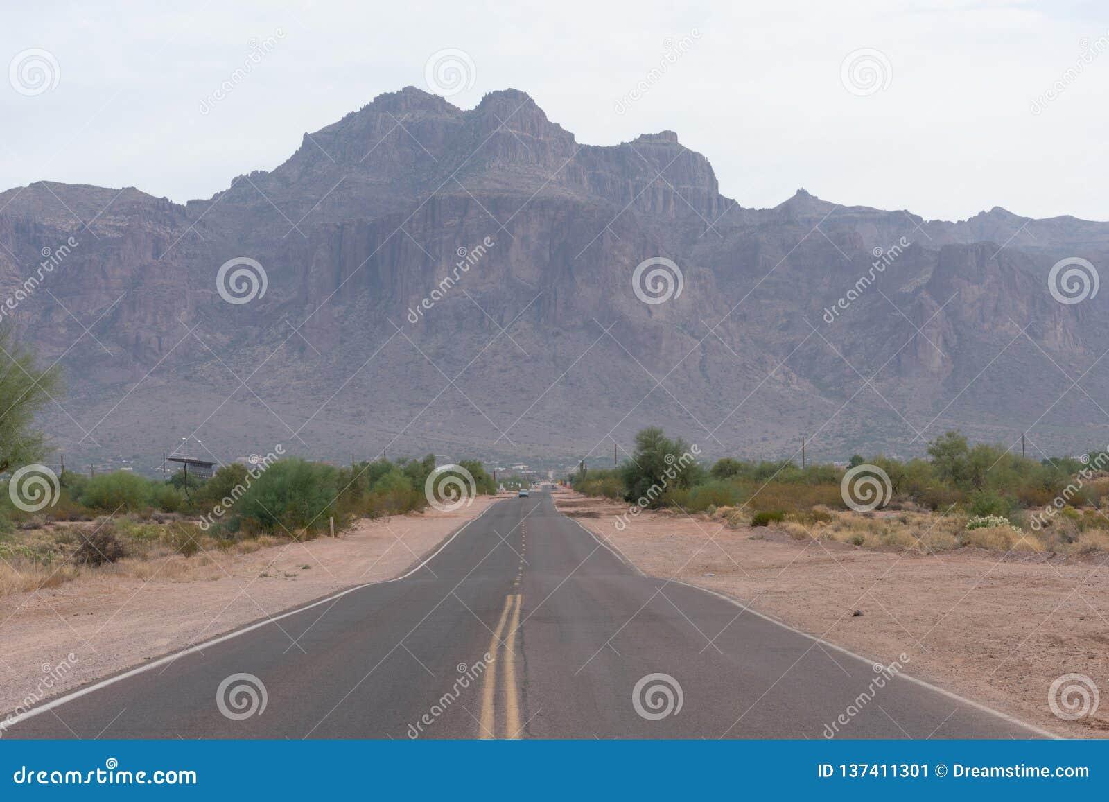 Route en Arizona menant aux montagnes de superstition