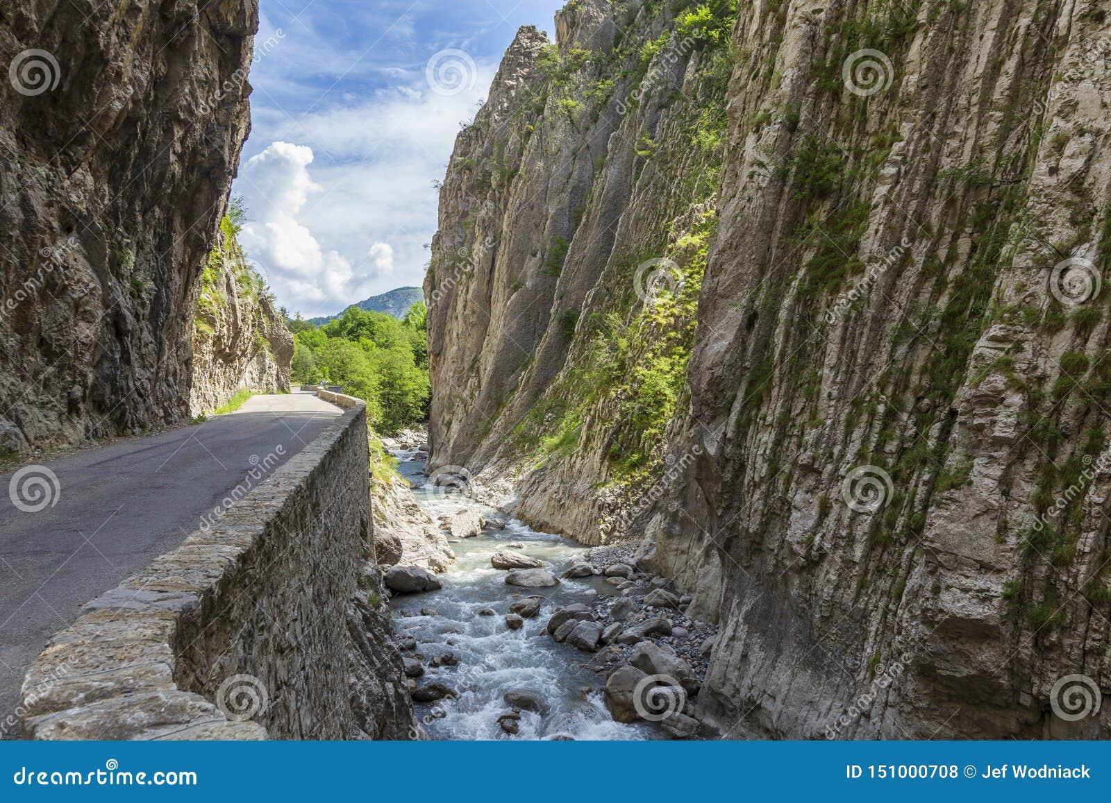 Route en Clue de Barles canyon de rivière de Bes près des bains de les de Digne