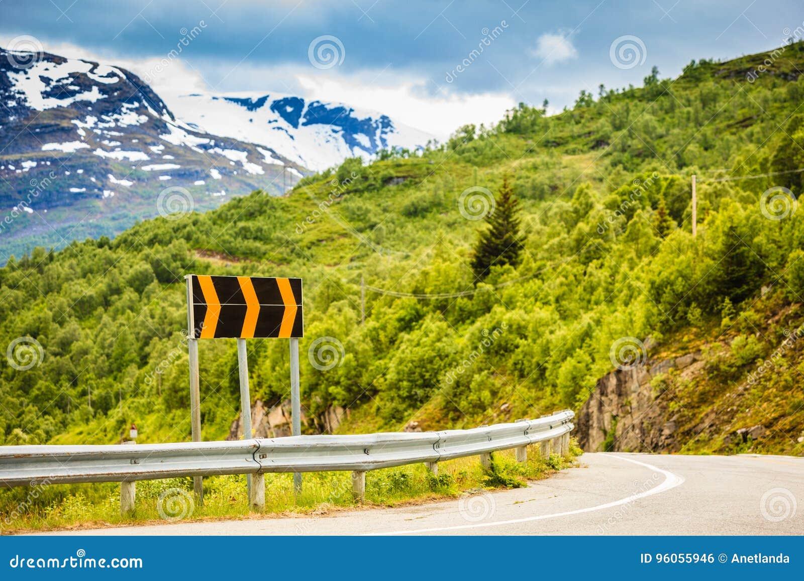 Route en montagnes norvégiennes