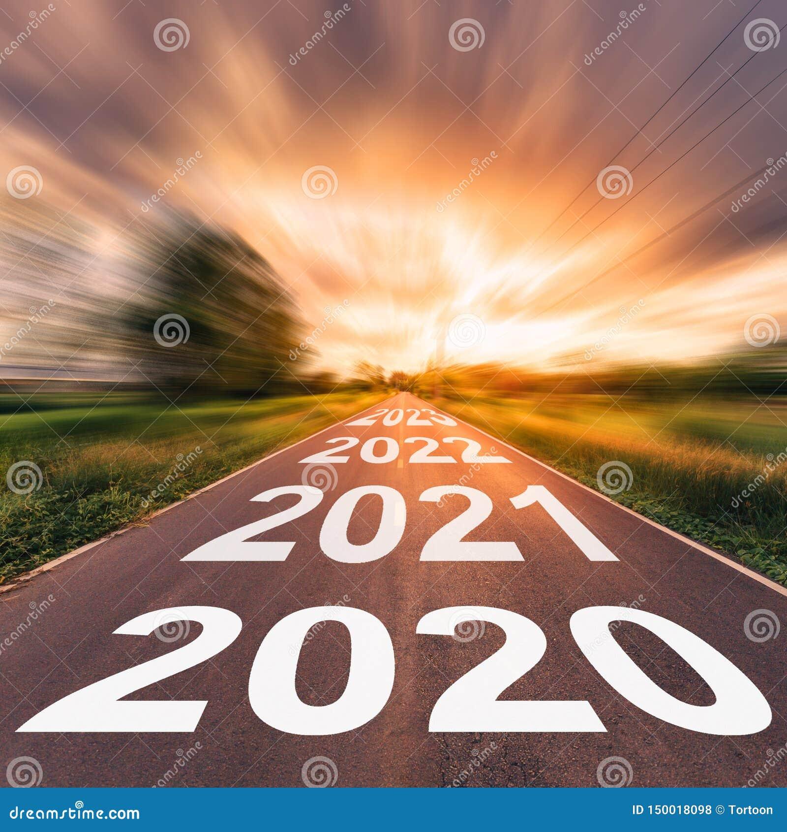 Route goudronn?e vide et concept 2020 de nouvelle ann?e Entra?nement sur une route vide aux buts 2020