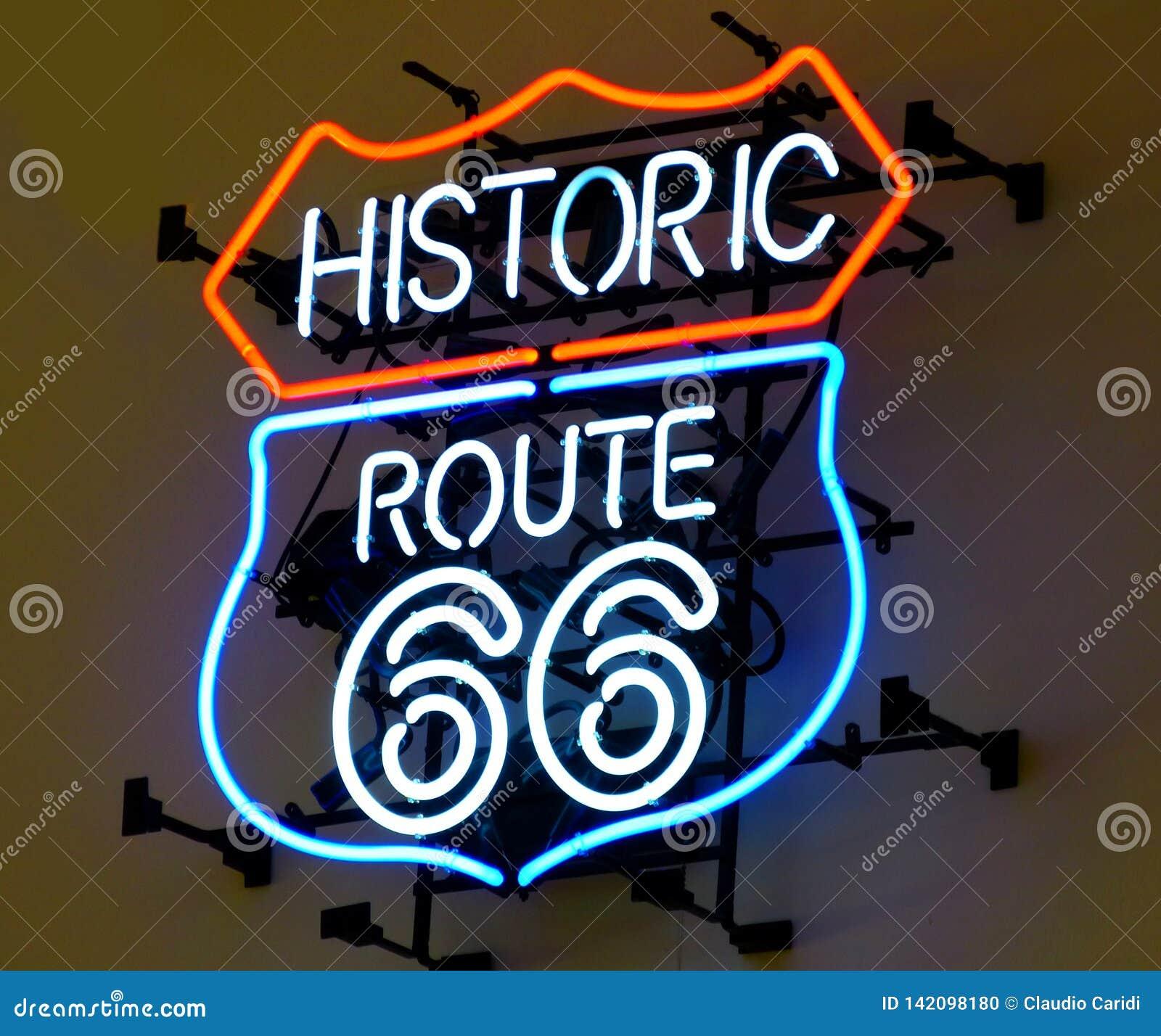 Route 66 histórico, sinal de néon na luz vermelha e azul