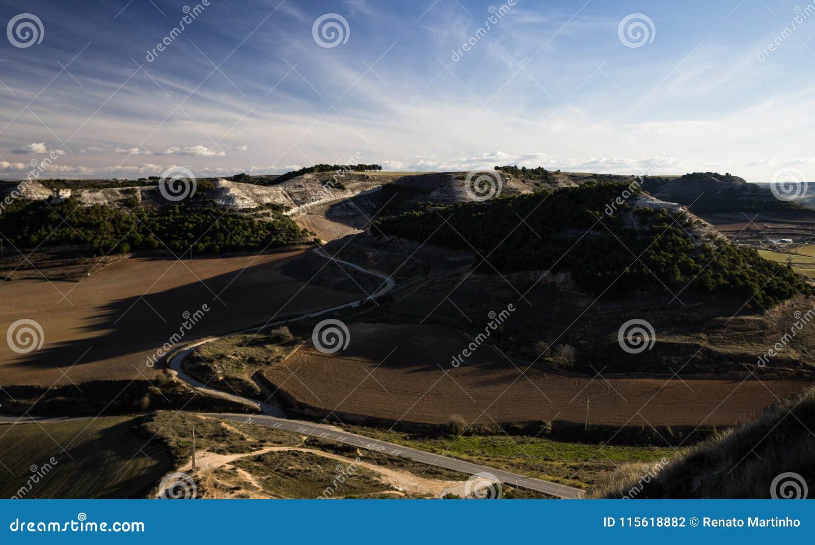 Route le long des collines