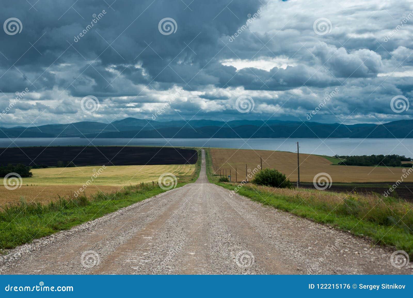 Route le long du champ à la côte
