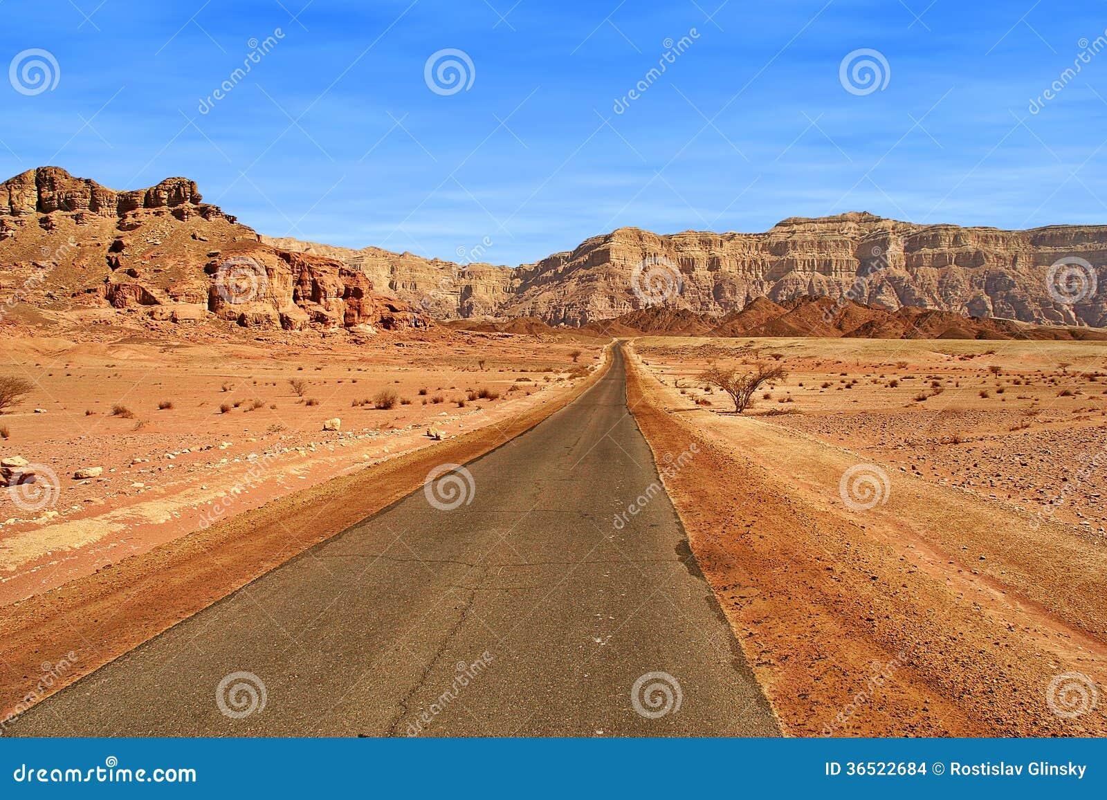 Route par les montagnes rouges en Israël.
