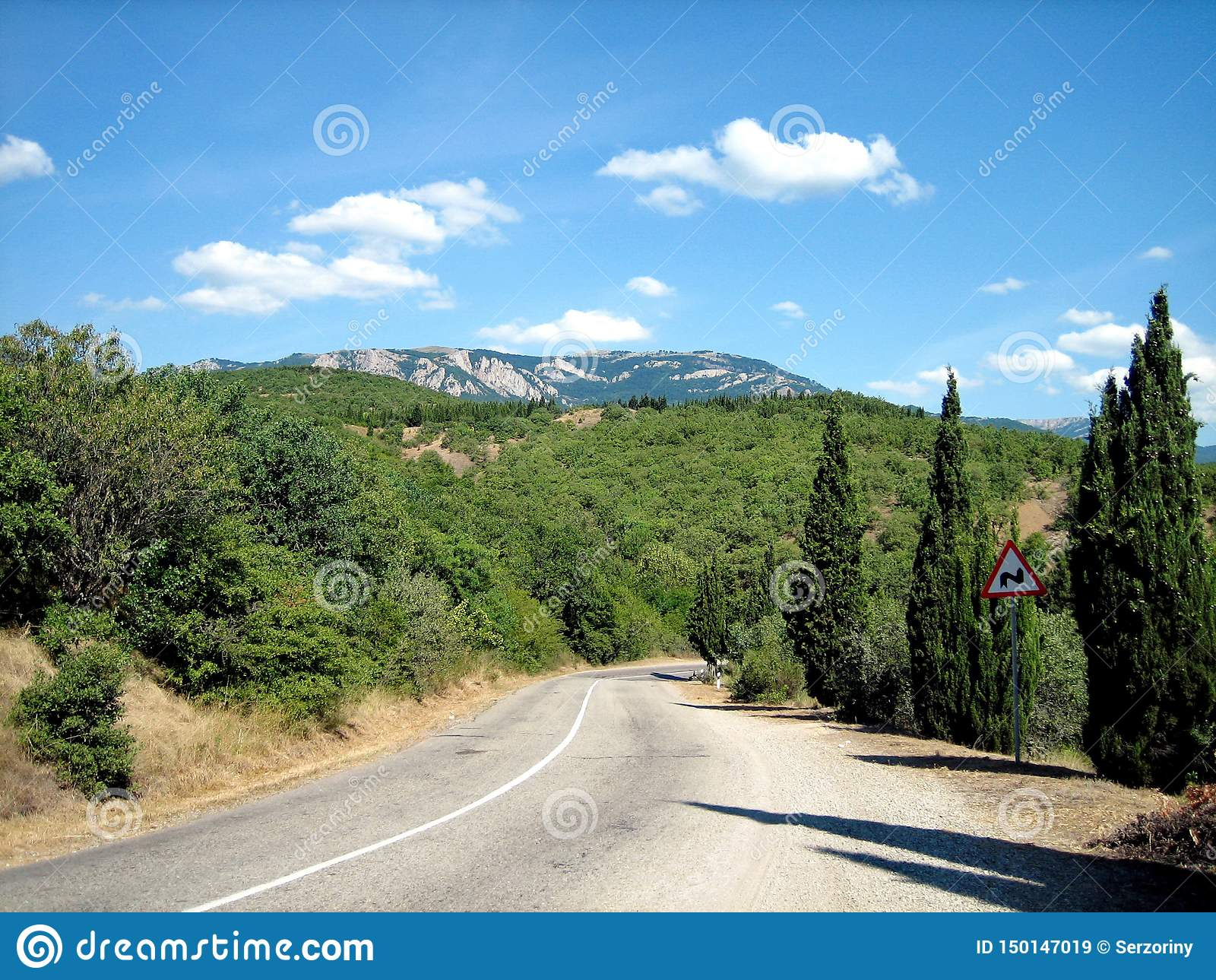Route pavée avec des tours pointus dans les collines pittoresques dans les sud un temps clair