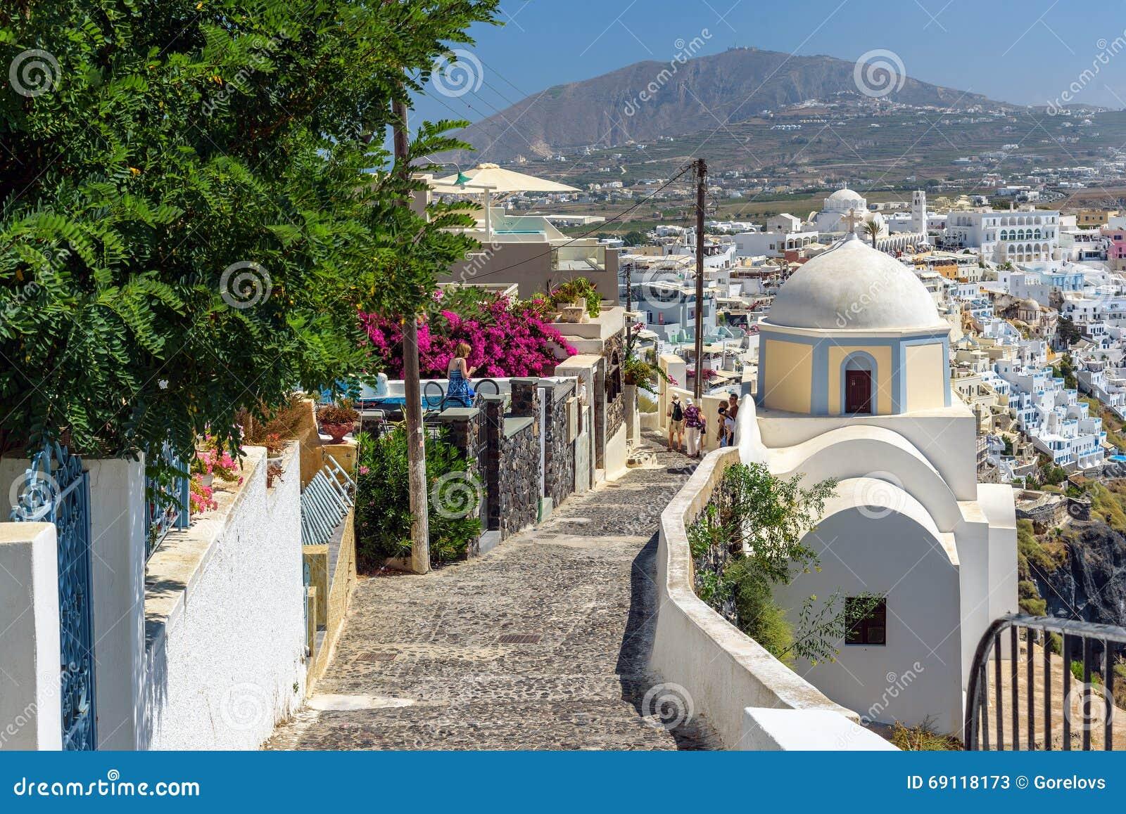 Route pierreuse à la ville de Thira parmi des églises et des maisons traditionnelles sur l île de Santorini, Grèce