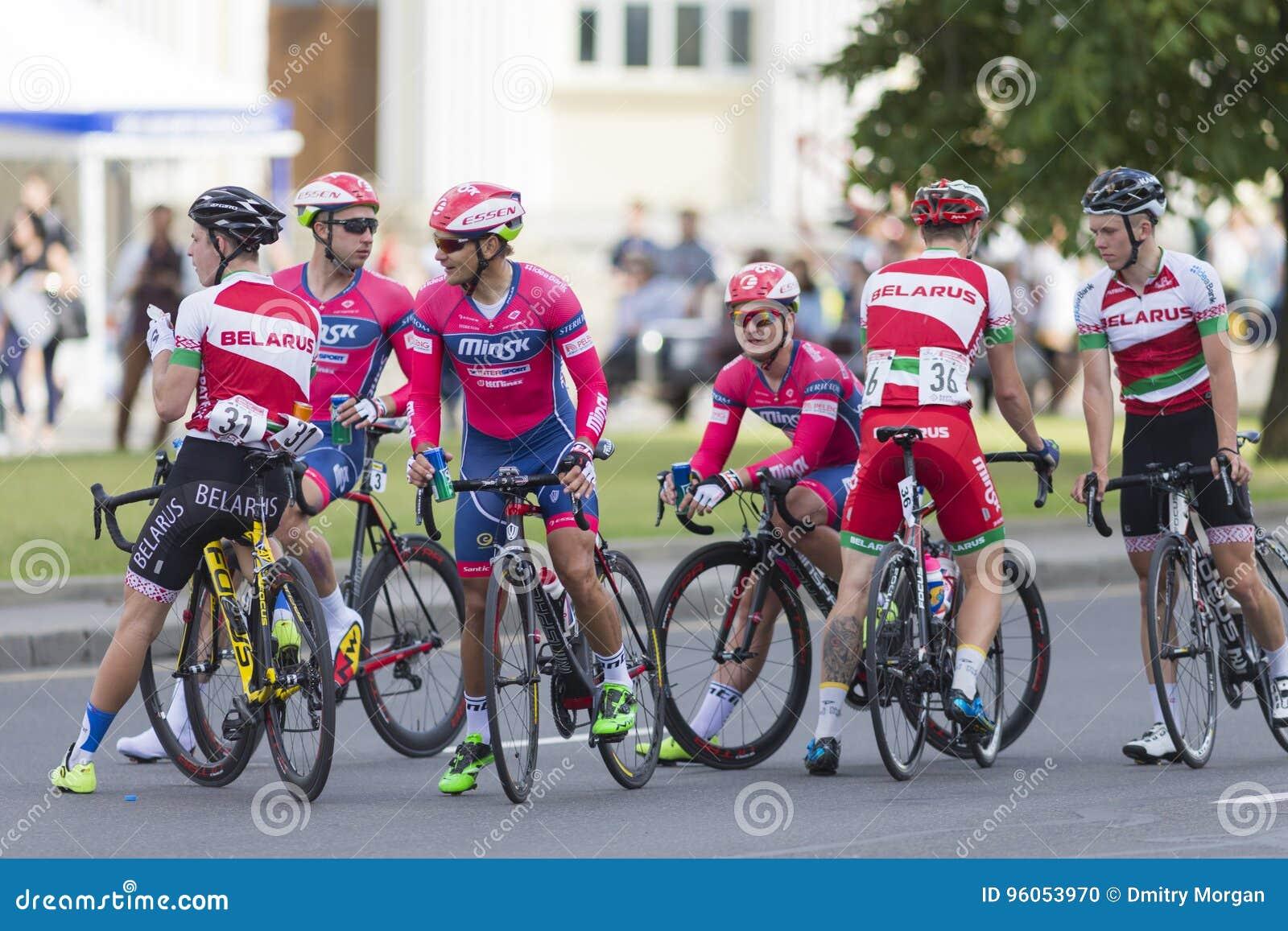 Route professionnelle faisant un cycle Team Celebrates sa victoire en concurrence de recyclage de route internationale