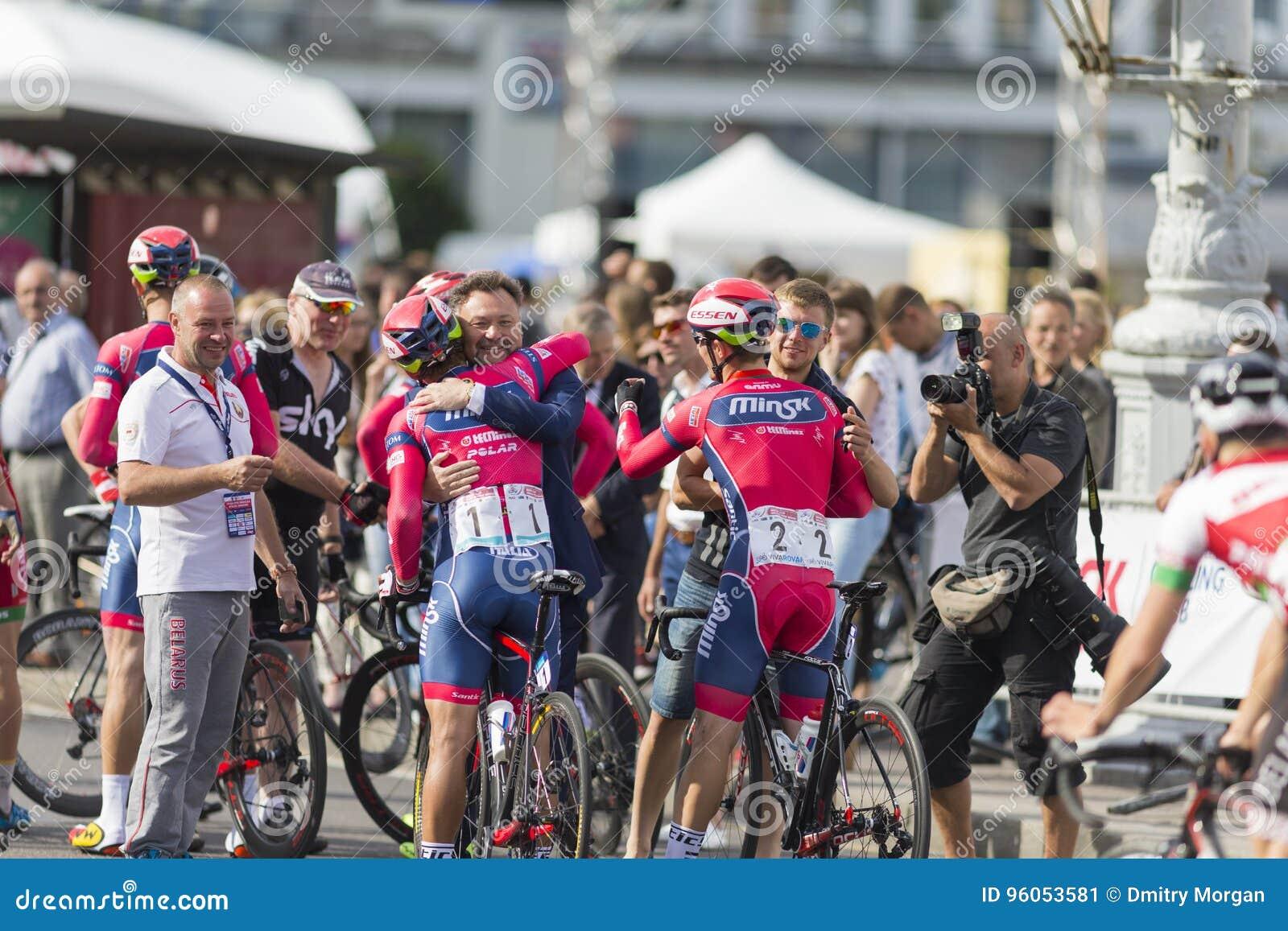 Route professionnelle faisant un cycle Team Celebrates sa victoire en concurrence de recyclage Grand prix Minsk-2017 de route int