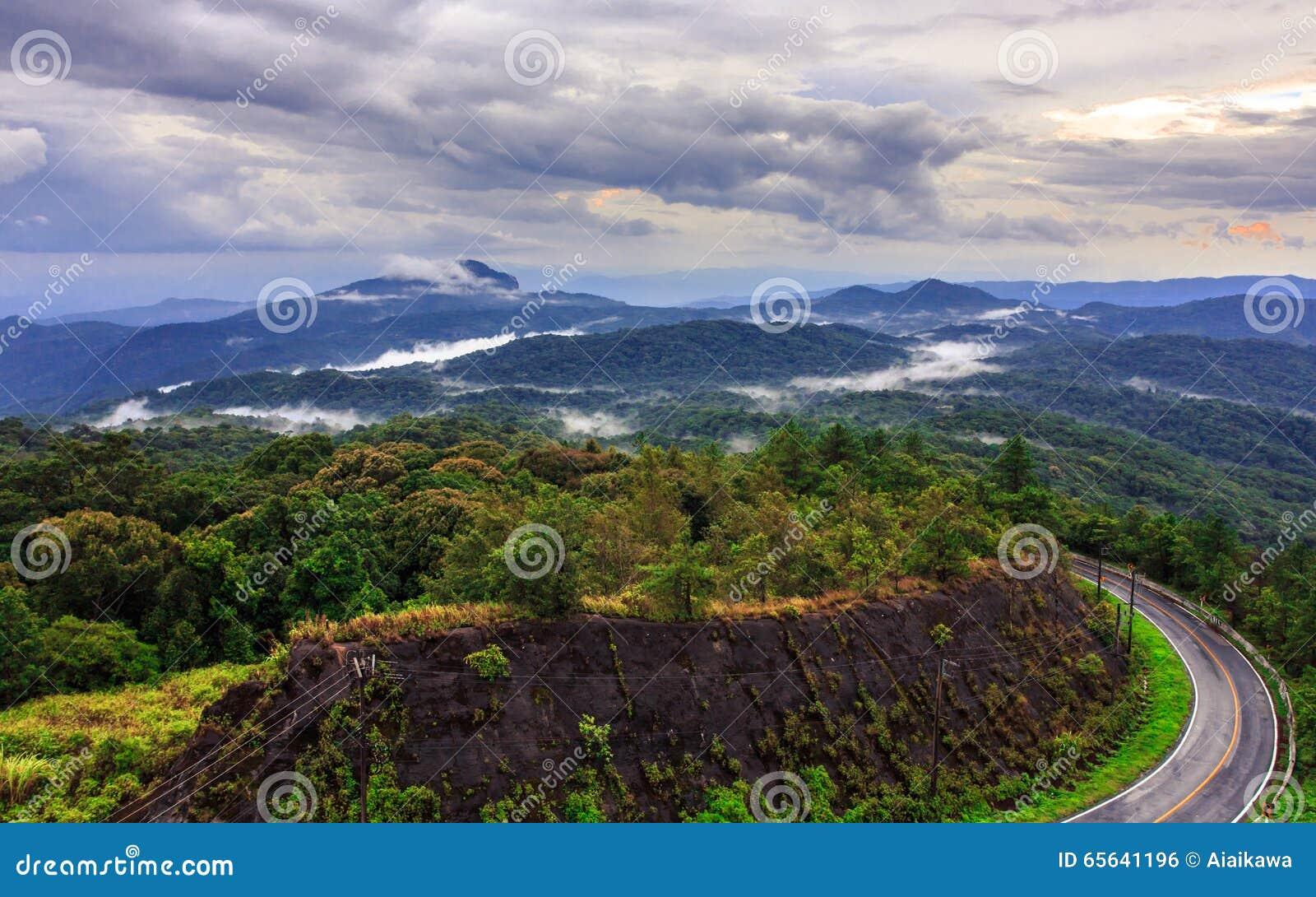 Route sur la montagne tropicale après avoir plu, Inthanon, Chiang Ma