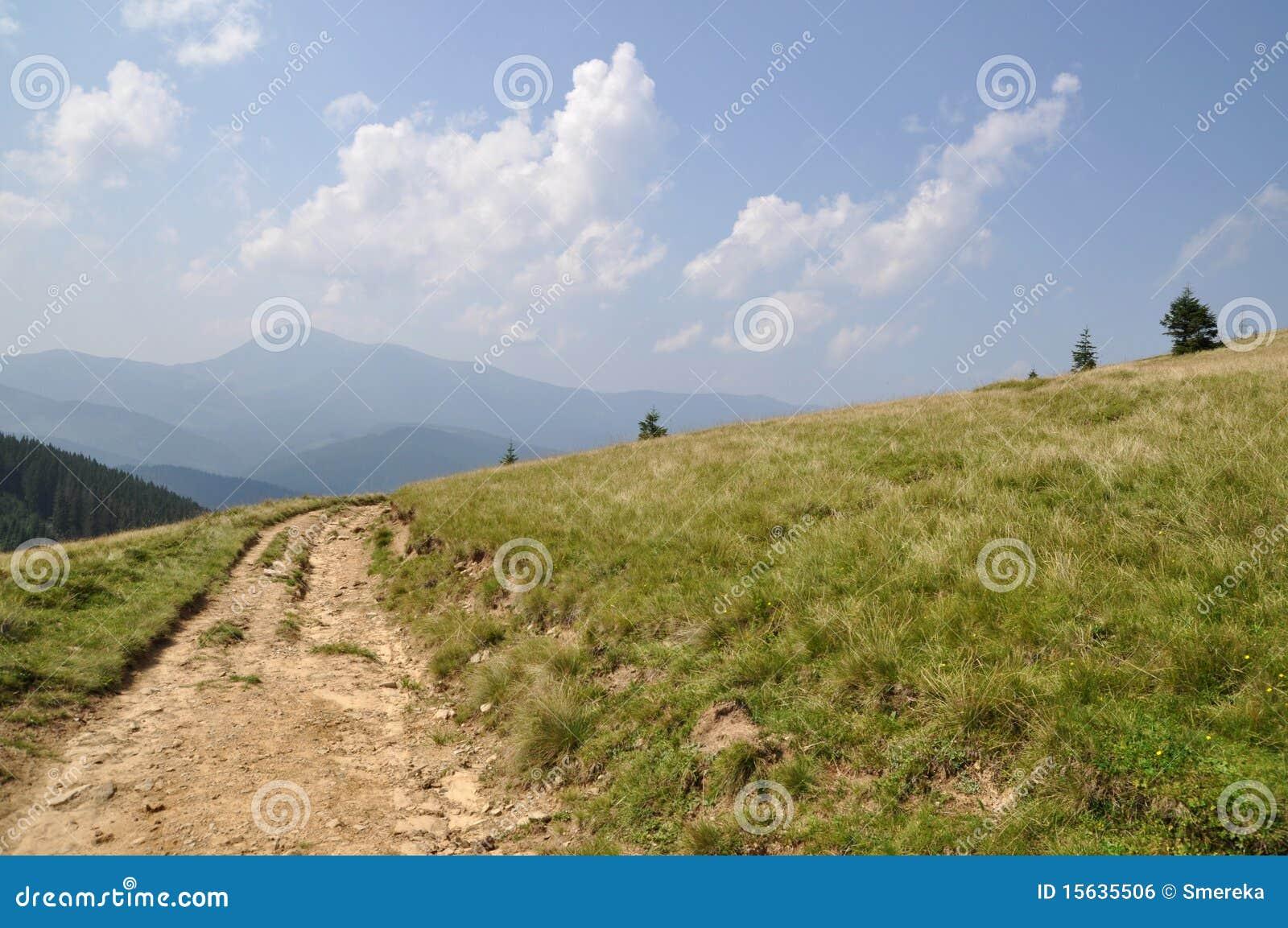 Route sur un flanc de coteau.