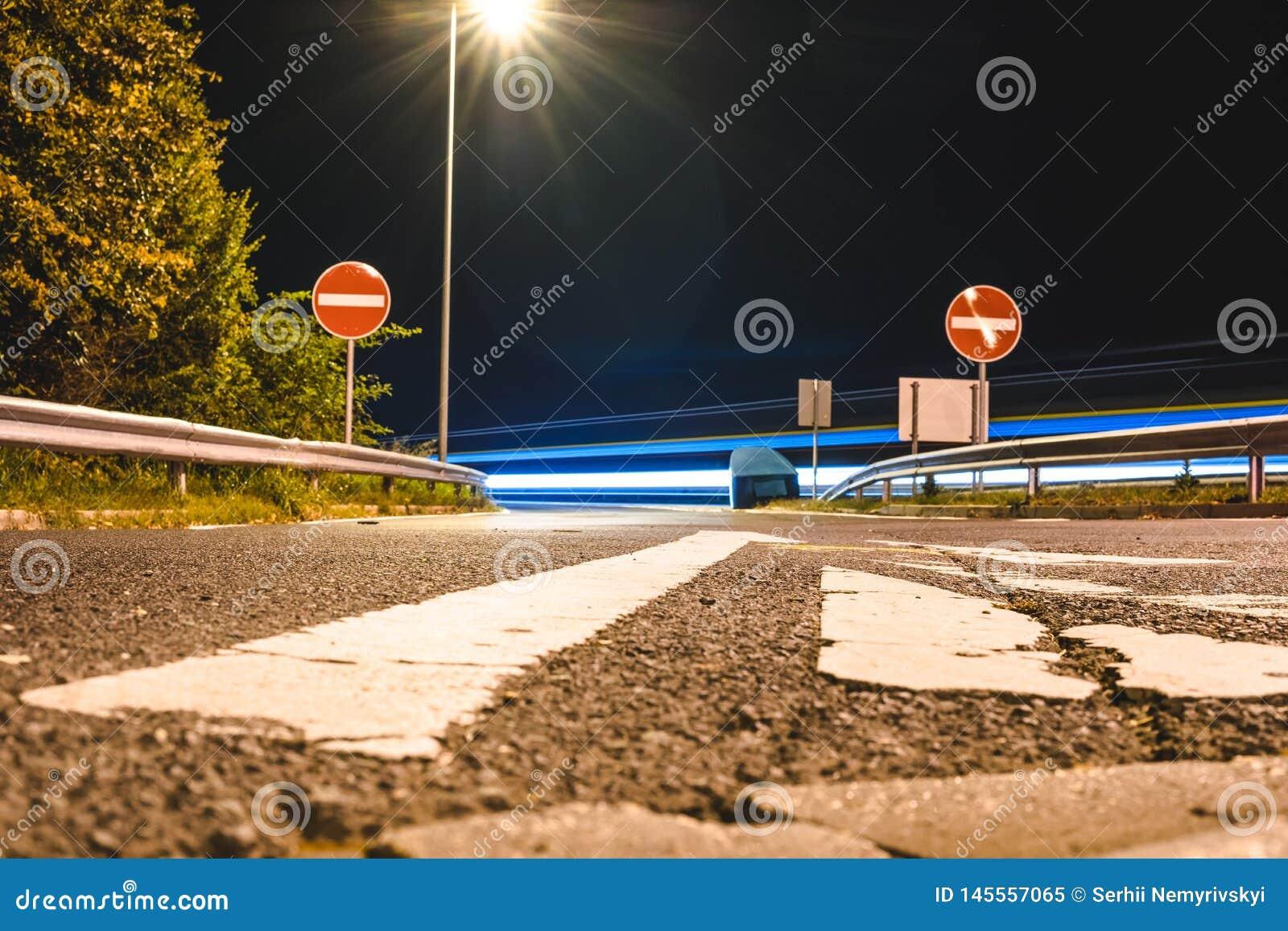 Route vide à la nuit/à route fermée à l obscurité