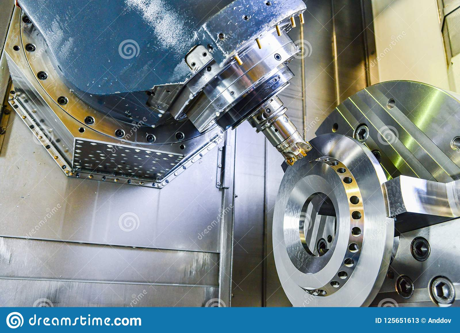 Router del CNC y metal de torneado con una herramienta de corte y la herramienta del centro El concepto de proceso de alta tecnol