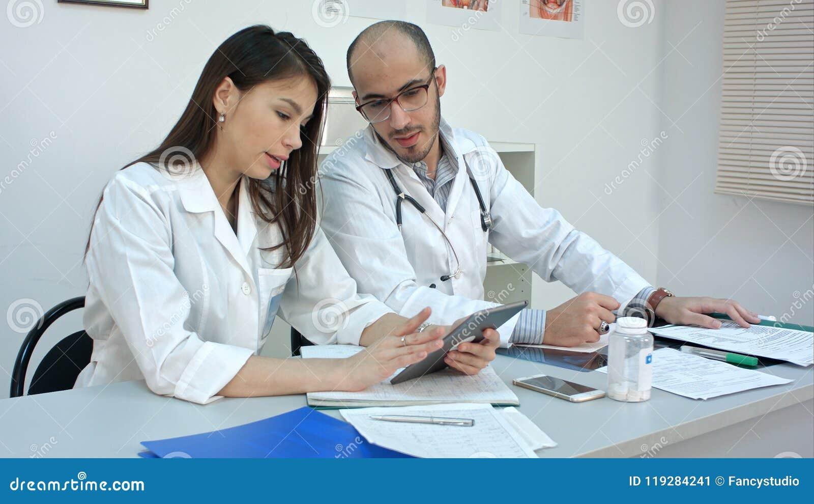 Routine di ogni giorno dei lavoratori medici nell ufficio