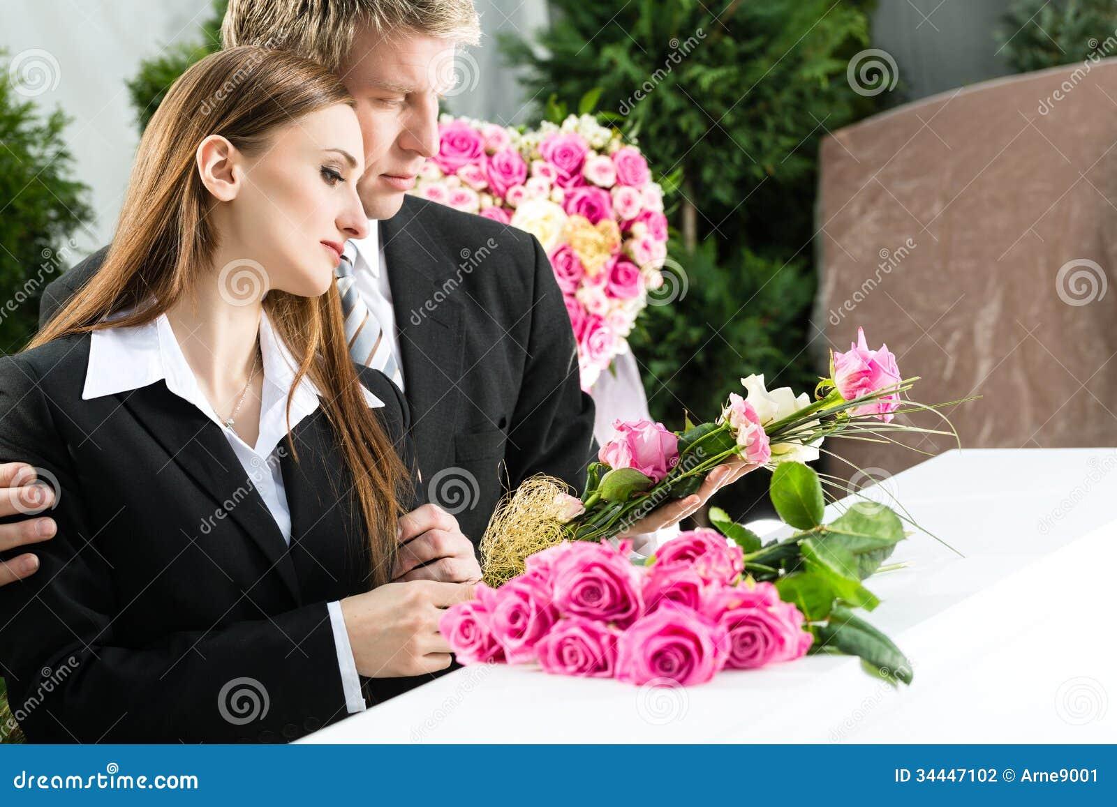 Rouwende Mensen bij Begrafenis met doodskist