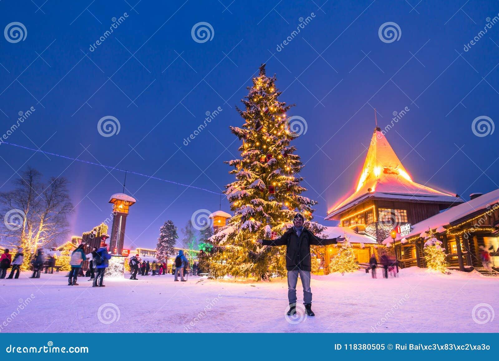Rovaniemi - 16-ое декабря 2017: Путешественники в vill Санта Клауса