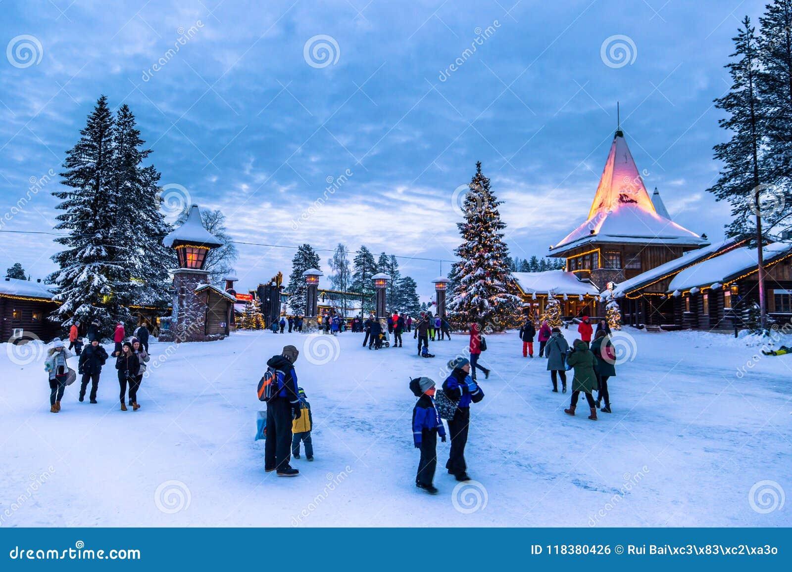 Rovaniemi - 16 December, 2017: Reizigers in Santa Claus vill