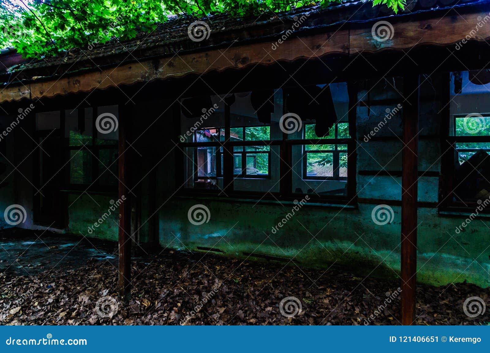 Rovina desolata della costruzione in terreno boscoso della campagna turca