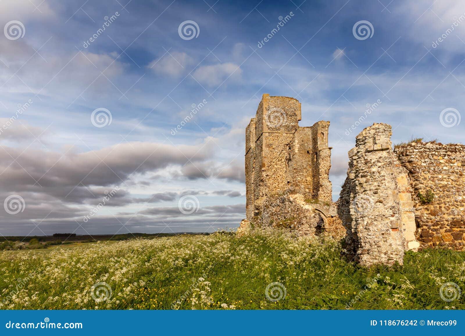Rovine antiche nel paesaggio rurale di inglese