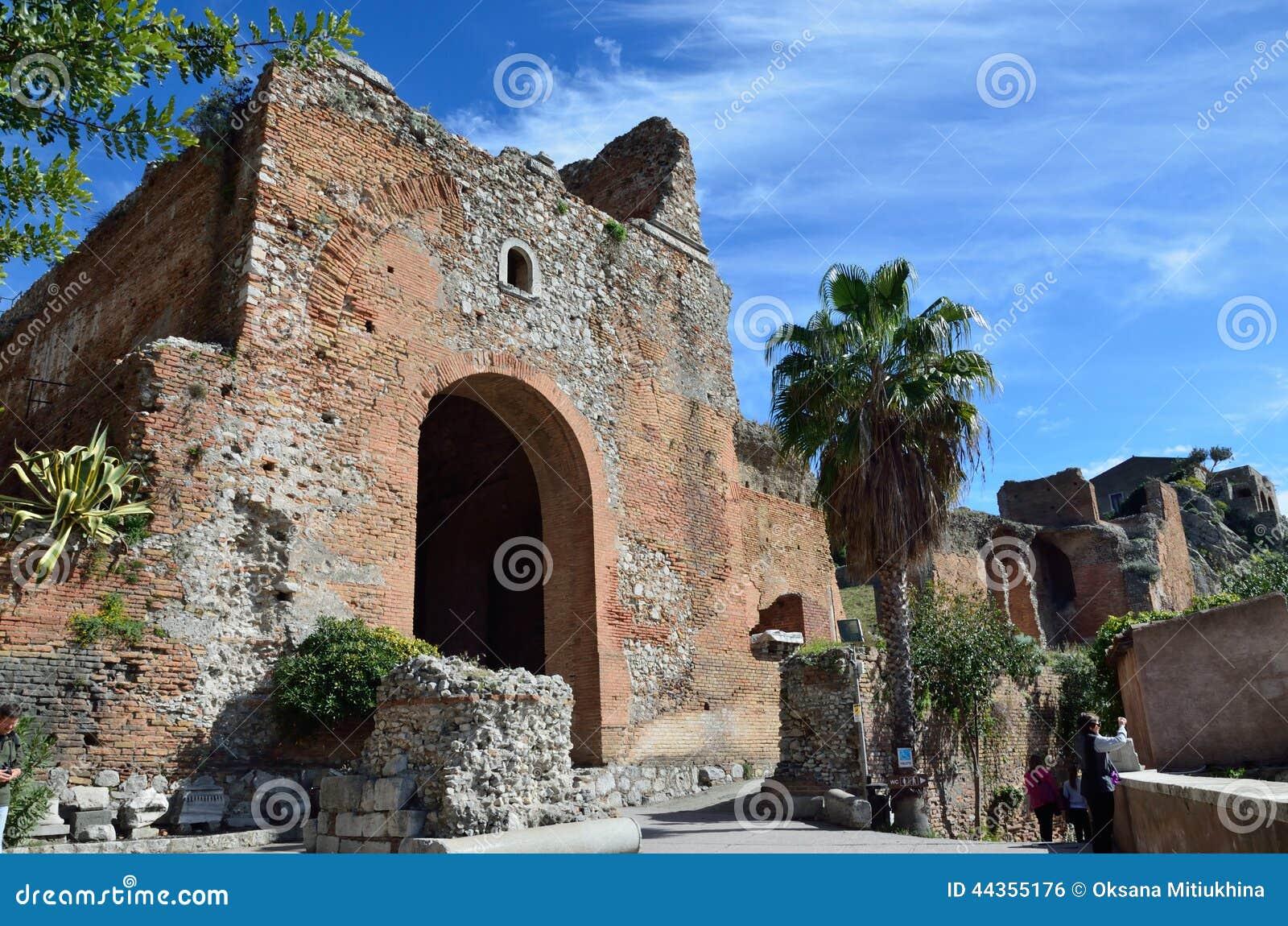 Rovine antiche nella città italiana Taormina