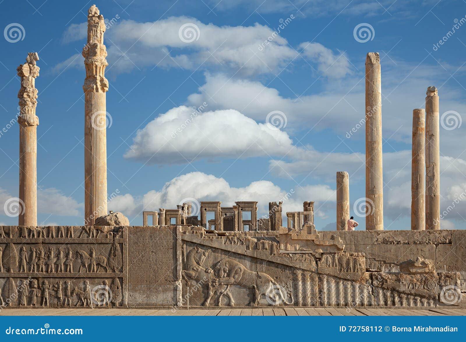 Rovine del sito del patrimonio mondiale dell Unesco di Persepolis contro cielo blu nuvoloso in Shiraz City dell Iran