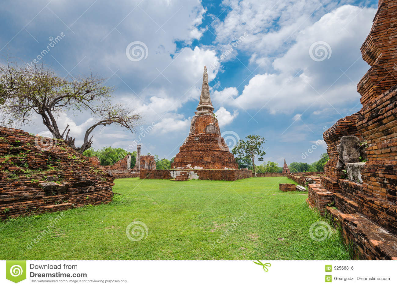Rovine delle statue di Buddha e della pagoda di Wat Mahathat a Ayutthaya