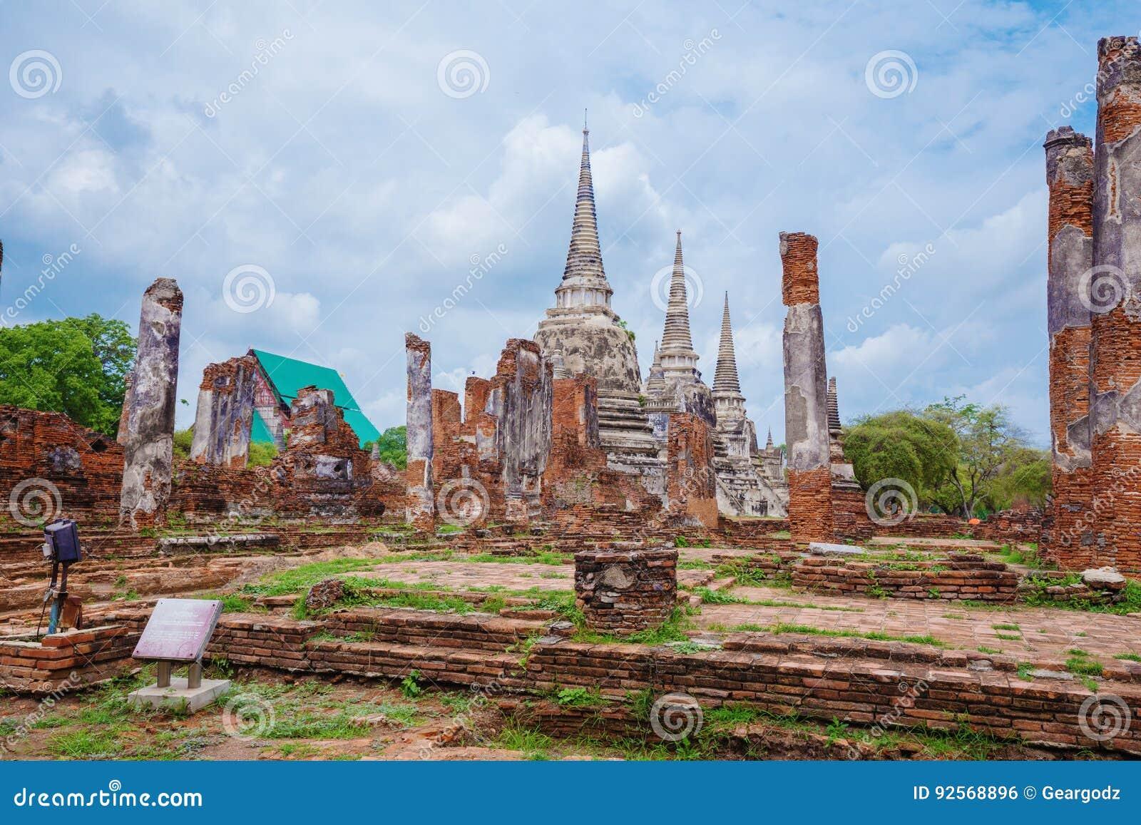 Rovine delle statue di Buddha e della pagoda di Wat Phra Si Sanphet in ayu