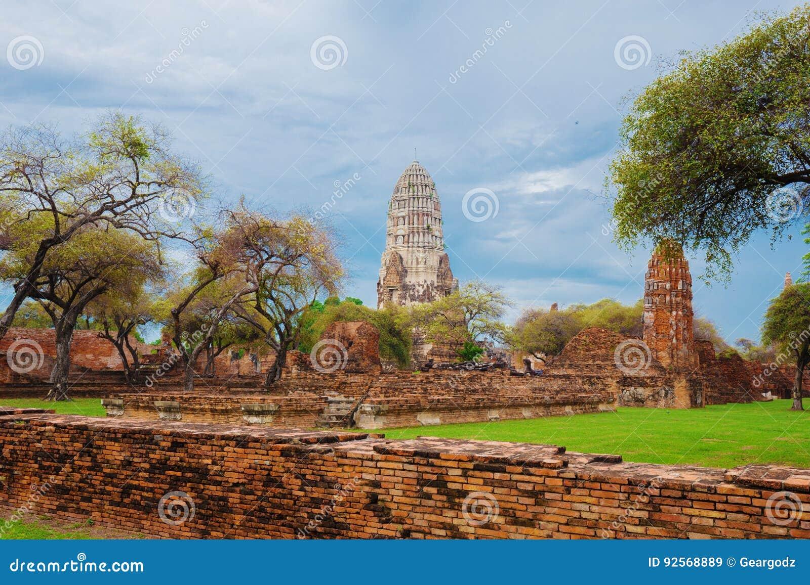 Rovine delle statue di Buddha e della pagoda di Wat Ratcha Burana in Ayutt