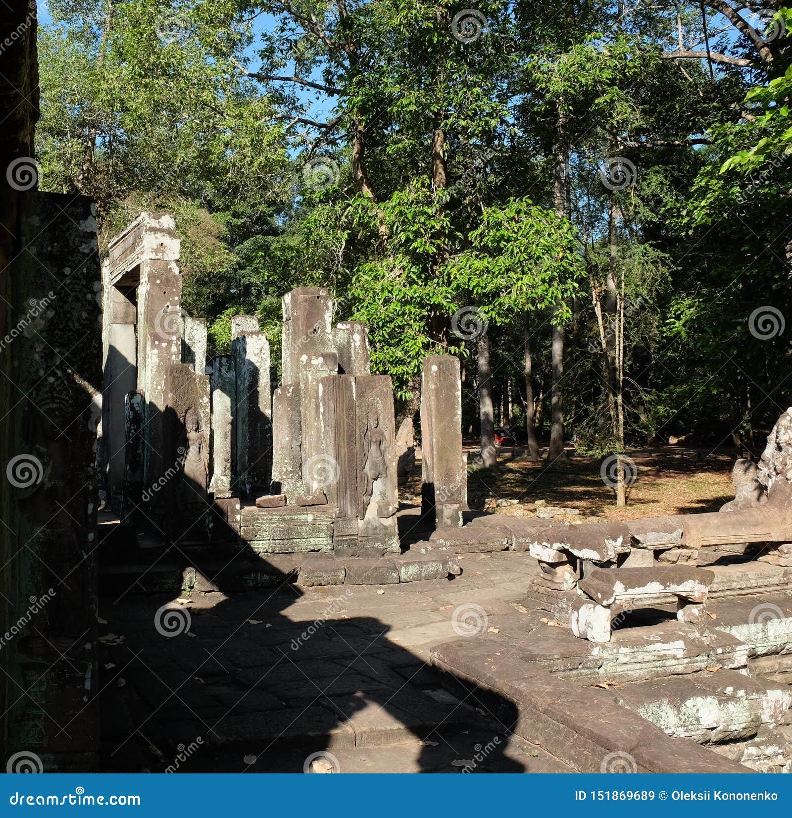 Rovine di un tempio medievale in Sud-est asiatico Costruzioni di pietra abbandonate tempo soleggiato Alberi tropicali