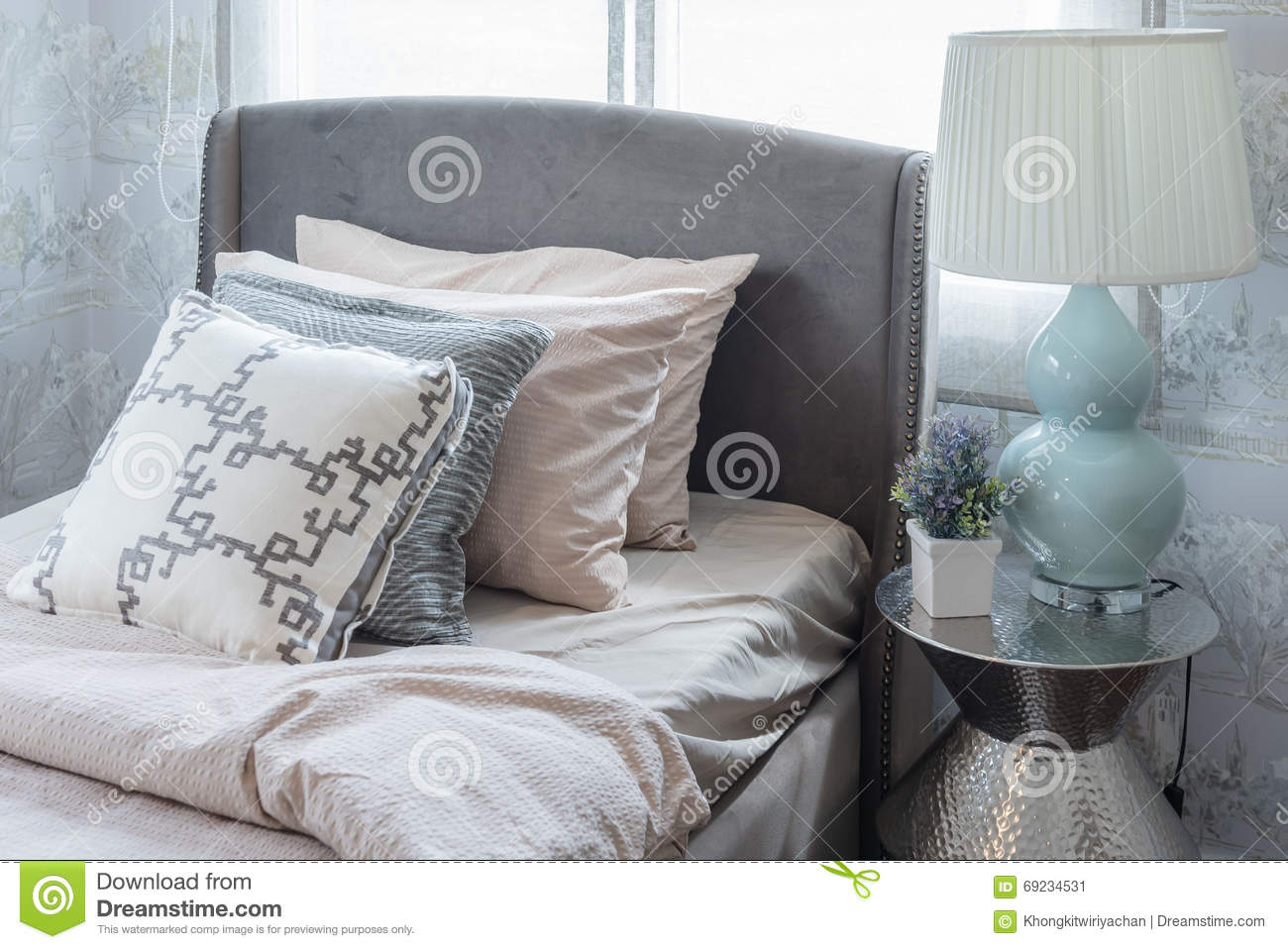 Come Mettere I Cuscini Sul Letto.Row Of Pillows On Bed In Luxury Bedroom Stock Image Image Of