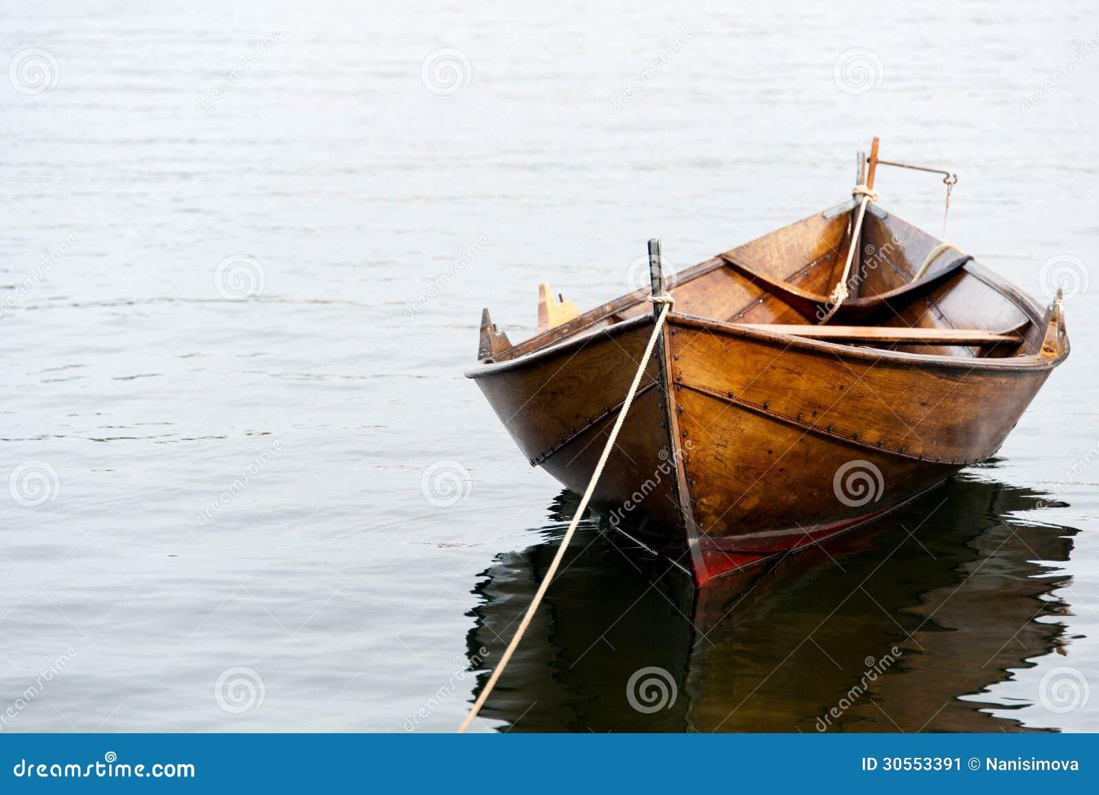 мужики на лодке дома