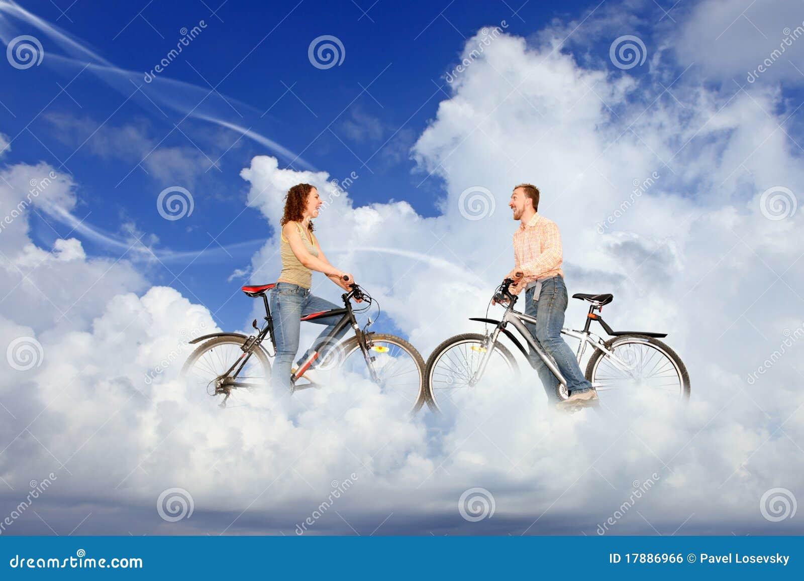 Rowerowa chmur pary mężczyzna spotkania kobieta