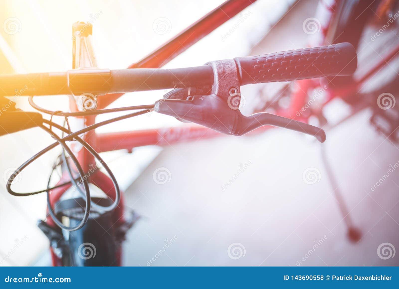 Rowerowy handlebar i przerwy, rower naprawa, zamazany tło