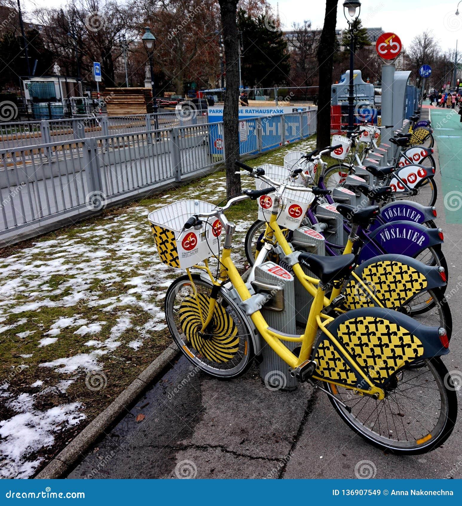 Rowerowy parking na ulicie Wiedeń